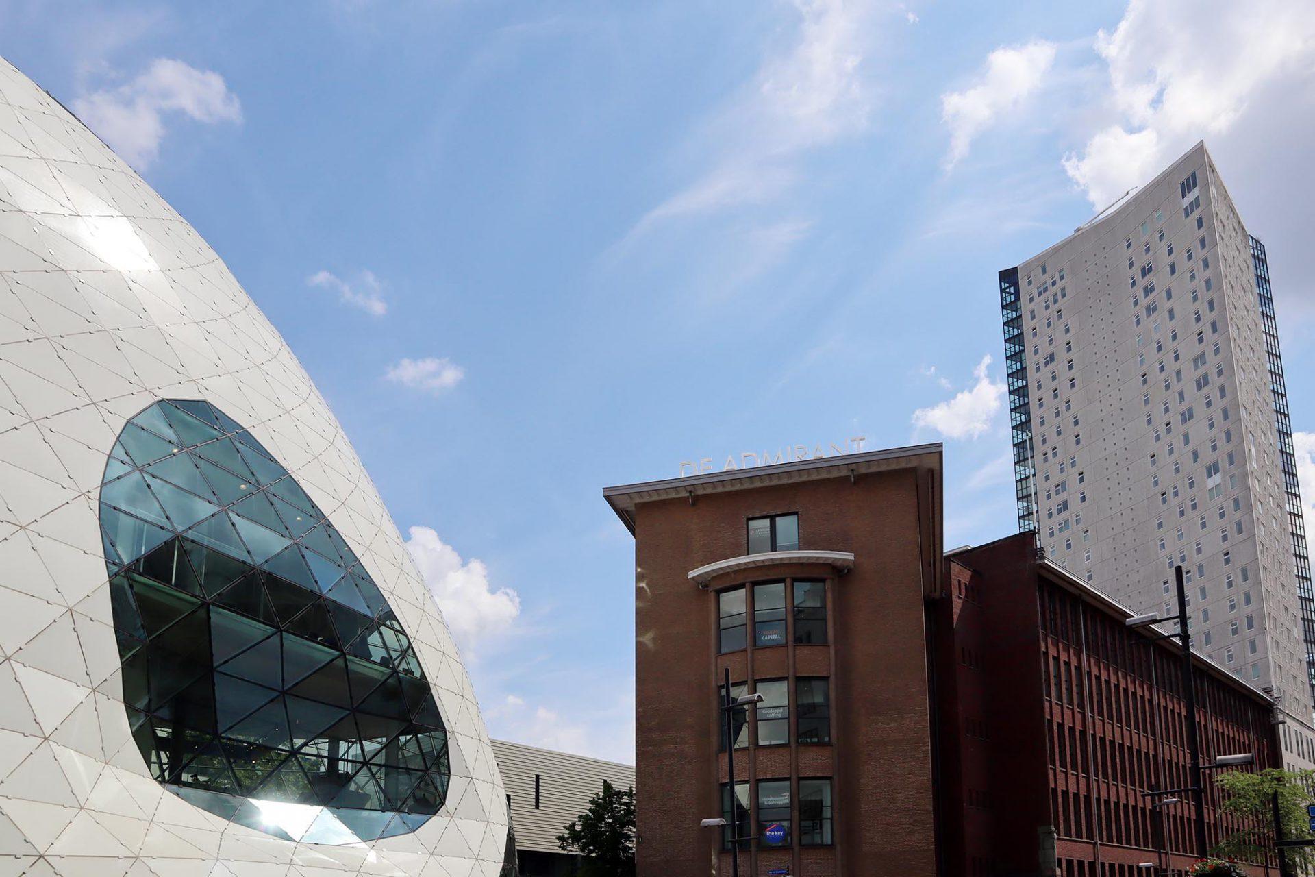 """De Blob. Massimiliano Fuksas entwarf 2010 das organisch geformte Bauwerk aus Glas und Stahl als neuen Eingang zum Einkaufszentrum """"De Admirant"""", einem ehemaligen Gebäude der Firma Philips."""