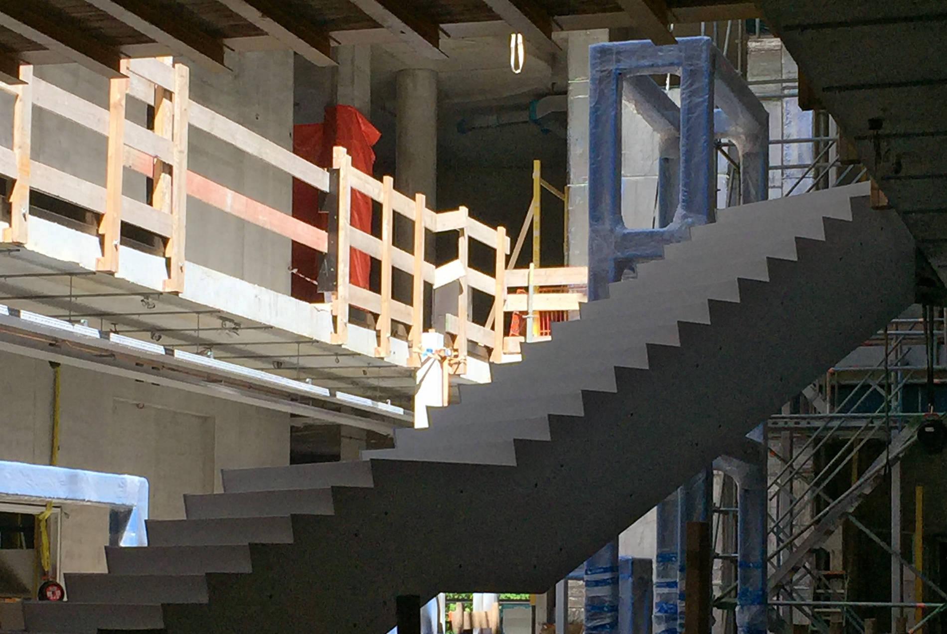 Depot Boijmans Van Beuningen. Im Zickzack-Verlauf führen Treppen an den Vitrinen vorbei durch das Atrium bis hoch zum Dachgarten.