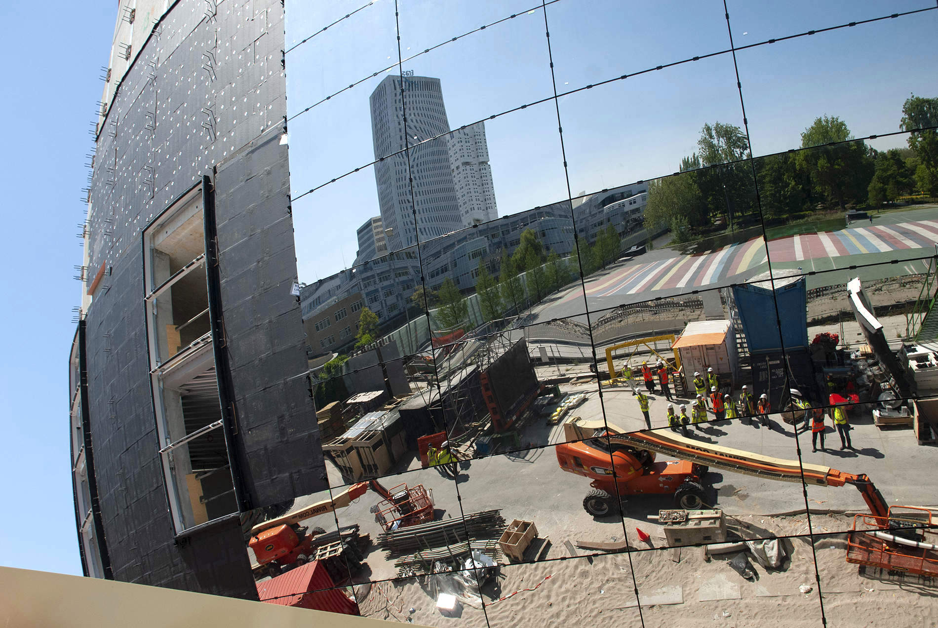 Depot Boijmans Van Beuningen. In der Spiegelfassade wird die gesamte Umgebung reflektiert – ein Sinnbild für die Eigentumsverhältnisse der hochkarätigen Sammlung, die hier einmal untergebracht sein wird: Rotterdam, das alles gehört Dir!