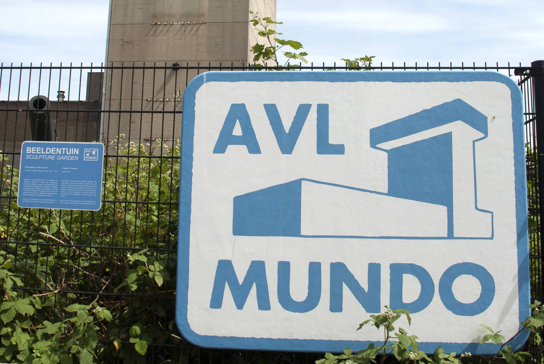 """AVL Mundo / Atelier Van Lieshout. Selbstbewusst nennt Joep Van Lieshout seine Werkstatt """"AVL Mundo"""" - zu Recht: betritt man sein Ateliergelände, hat man wahrlich den Eindruck, in eine andere, ganz eigene Welt einzutauchen."""