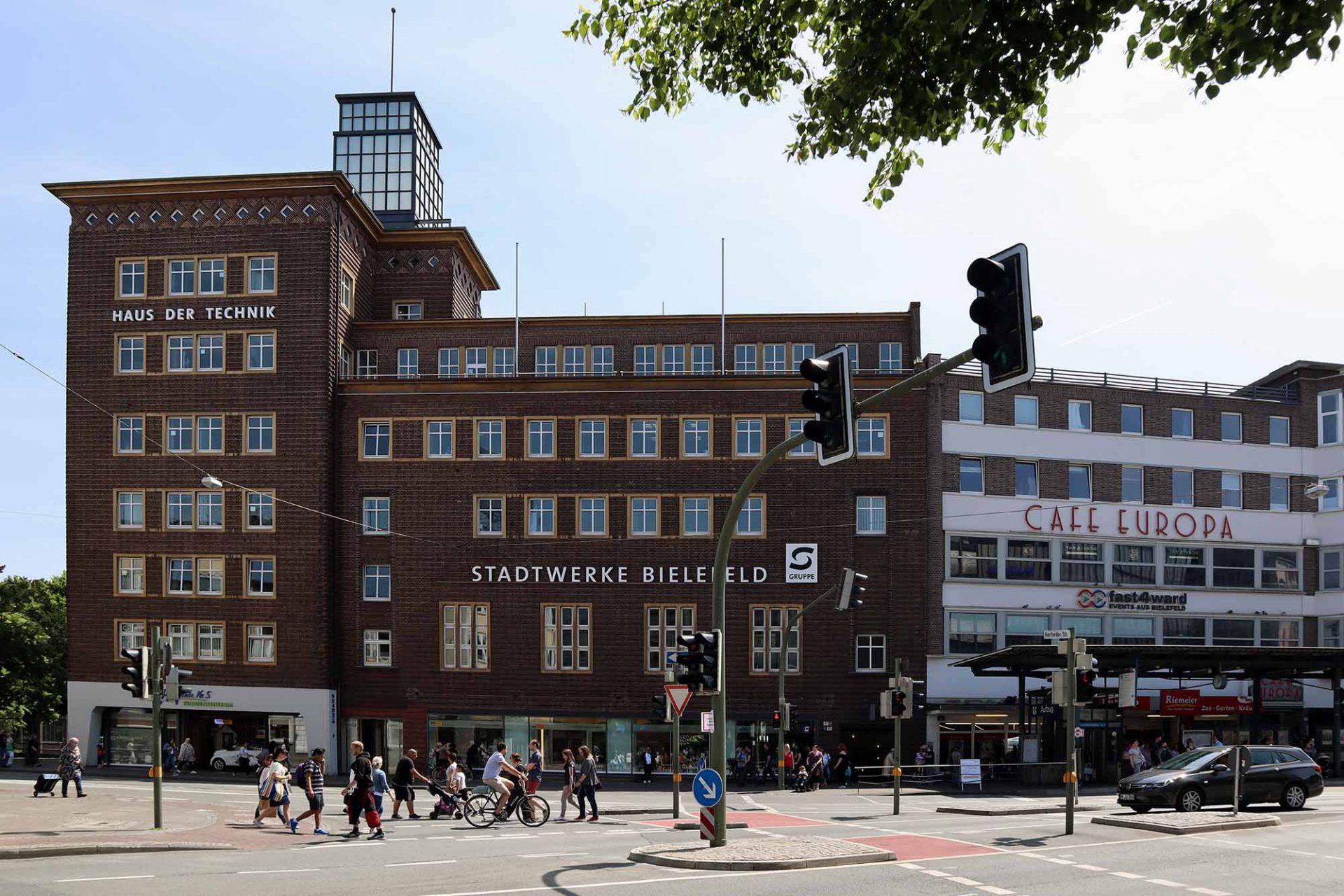 Haus der Technik. Bei seiner Eröffnung 1929 wurde das Gebäude als neumodisch kritisiert. Heute zählt es ebenso wie des ein Jahr später eröffnete, benachbarte Café Europa zu den schönsten Bauwerken am Jahnplatz.