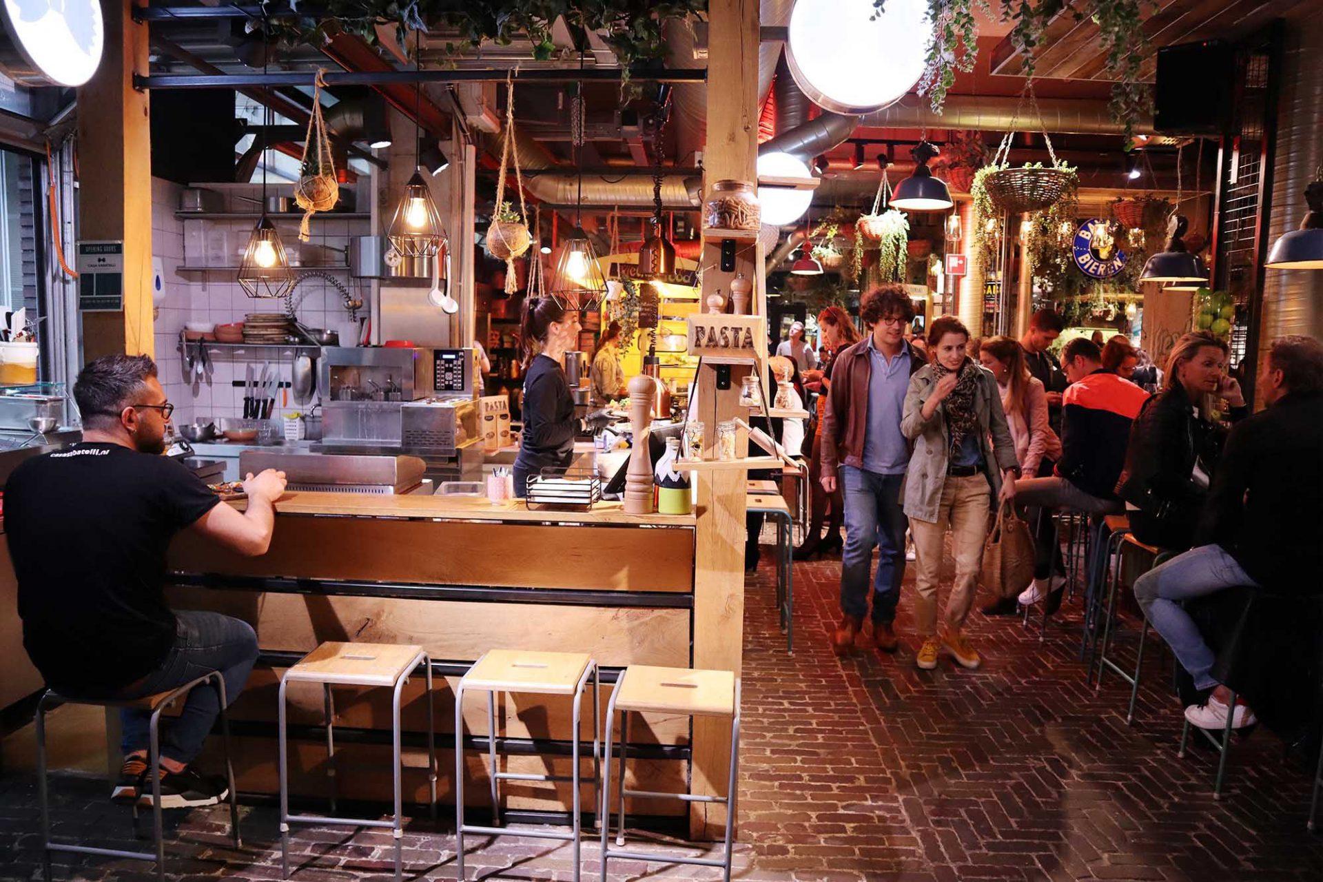 Down Town gourmet market. ... bei dem 21 Feinkost- und Spezialitätenstände Kulinarisches zaubern.