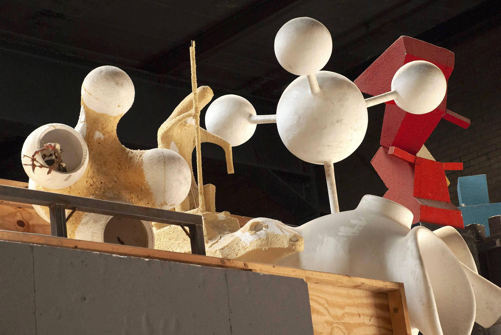 Atelier Van Lieshout. Selbst in Regalen abgestellte Skulpturen wirken wie in einer theatralen Inszenierung.