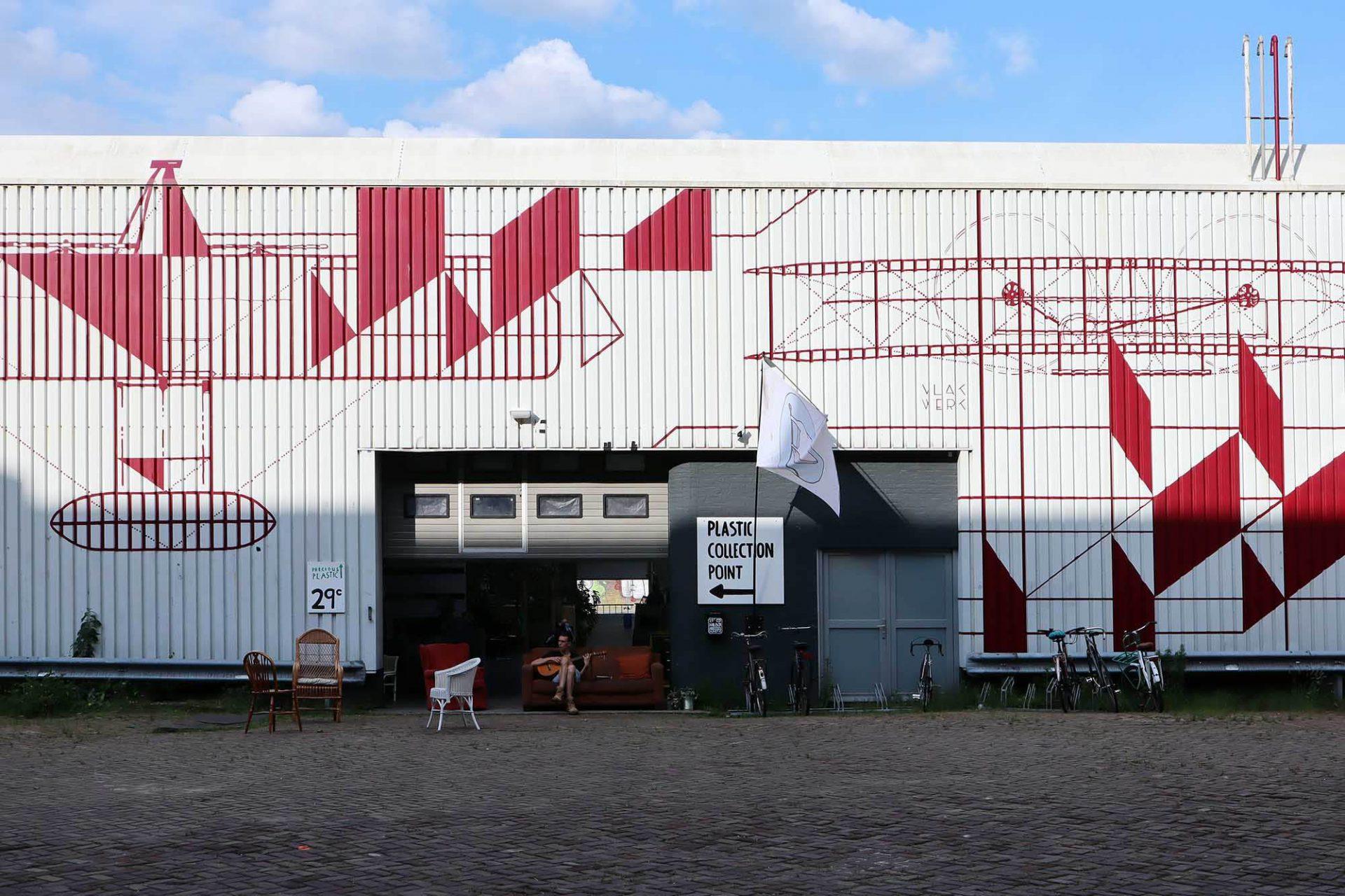 Precious Plastic. Die Ideenwerkstatt befindet sich in einer ehemaligen Industriehalle im Zentrum Eindhovens.
