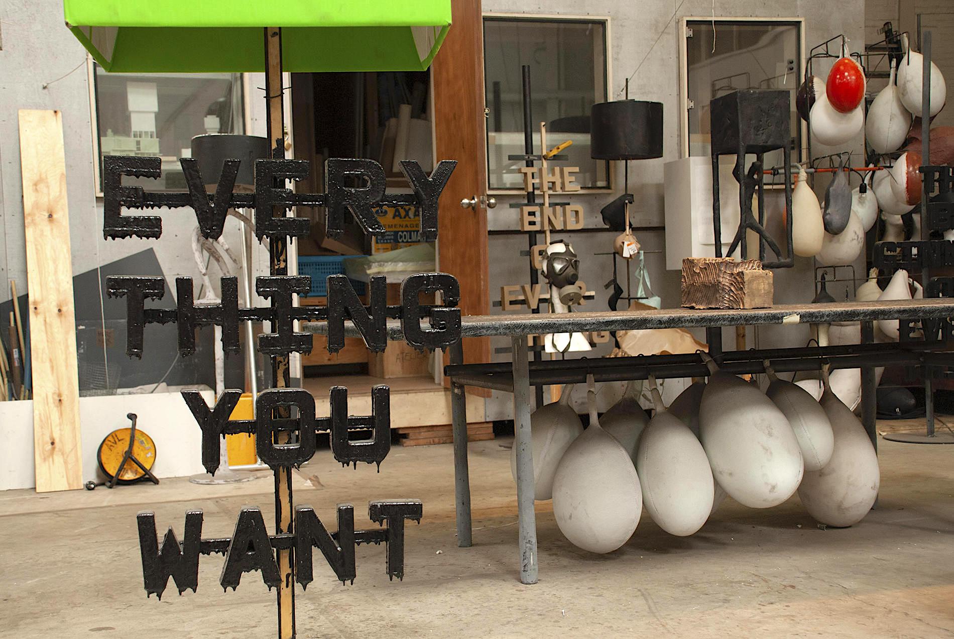 """""""Alles was du willst"""". Ein zufällig zusammengestelltes Arrangement im Atelier Van Lieshout."""
