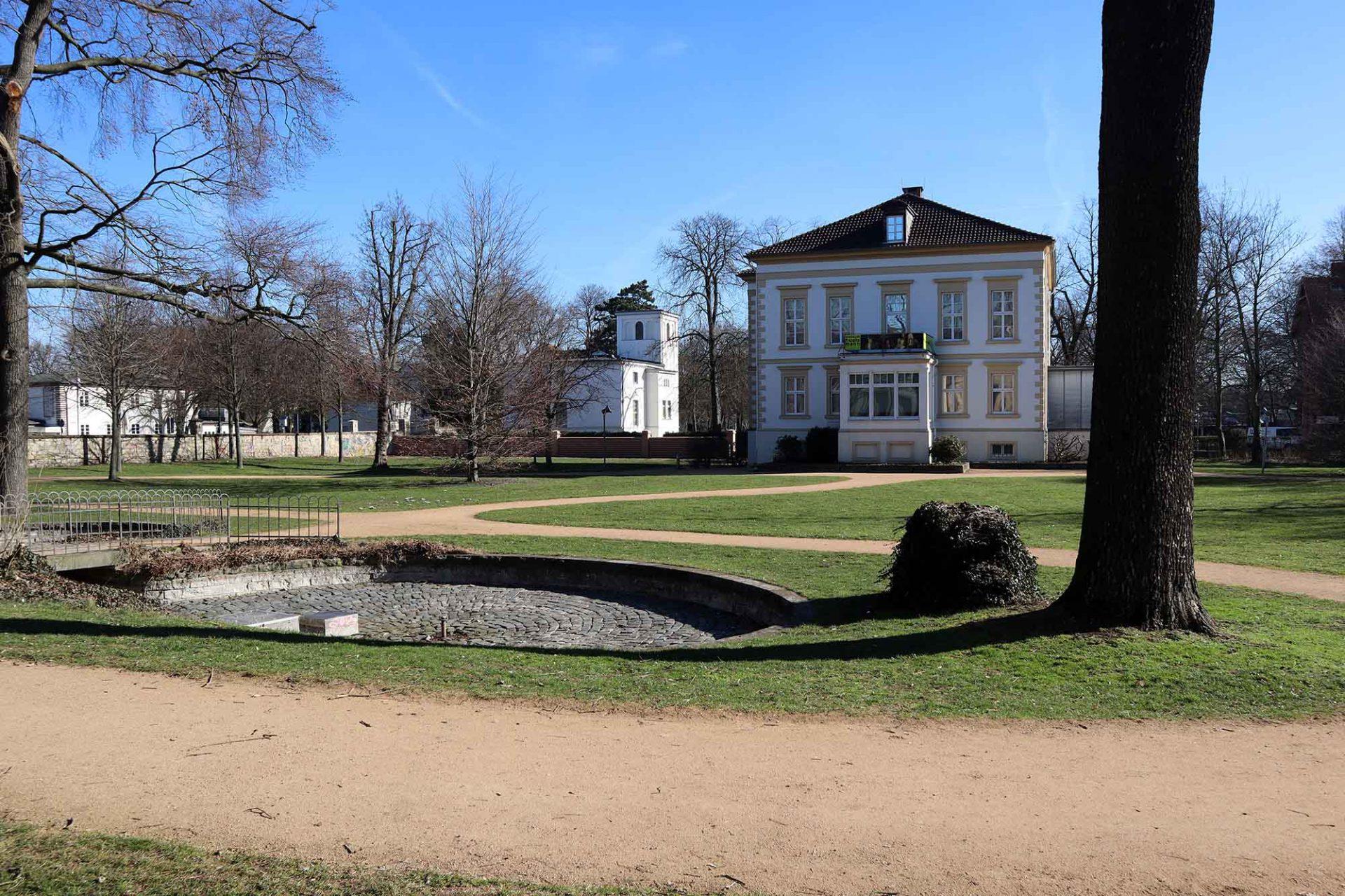 Ravensberger Park. Das Museum Huelsmann befindet sich in der 1865 erbauten Direktorenvilla der ehemaligen Textilfabrik. Gebäude und Park stehen heute unter Denkmalschutz.