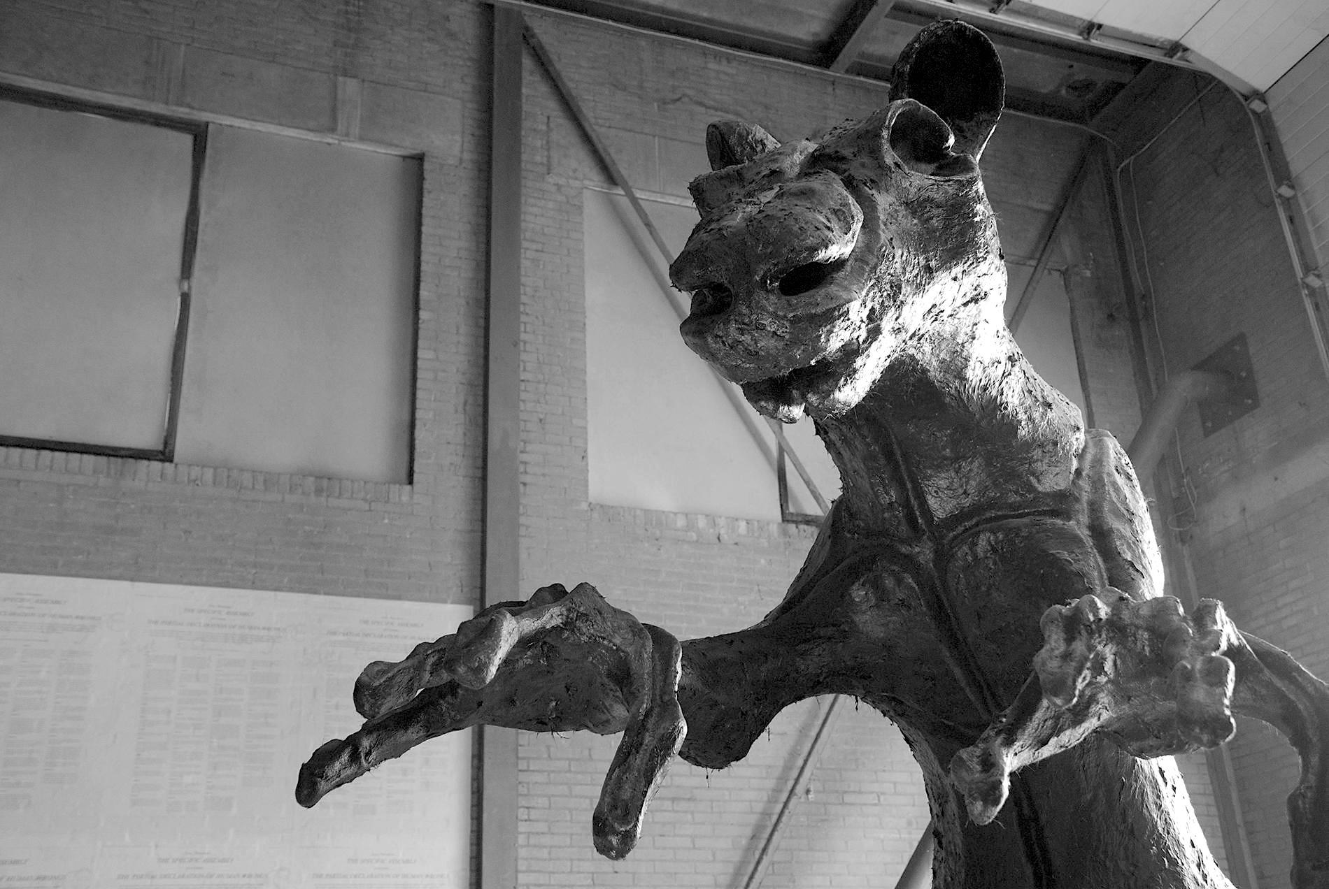 """Atelier Van Lieshout. Ratten sind ein immer wiederkehrendes Motiv in Van Lieshouts bildhauerischer Arbeit. """"Wir sehen an diesen Tieren gute und schlechte Charaktereigenschaften"""", erklärt eine Ateliermitarbeiterin. """"Die Mechanical Rat hier steht für Grausamkeit und Gier nach Macht. Ähnlichkeiten zu derzeitigen Machthabern sind aber rein zufällig."""""""