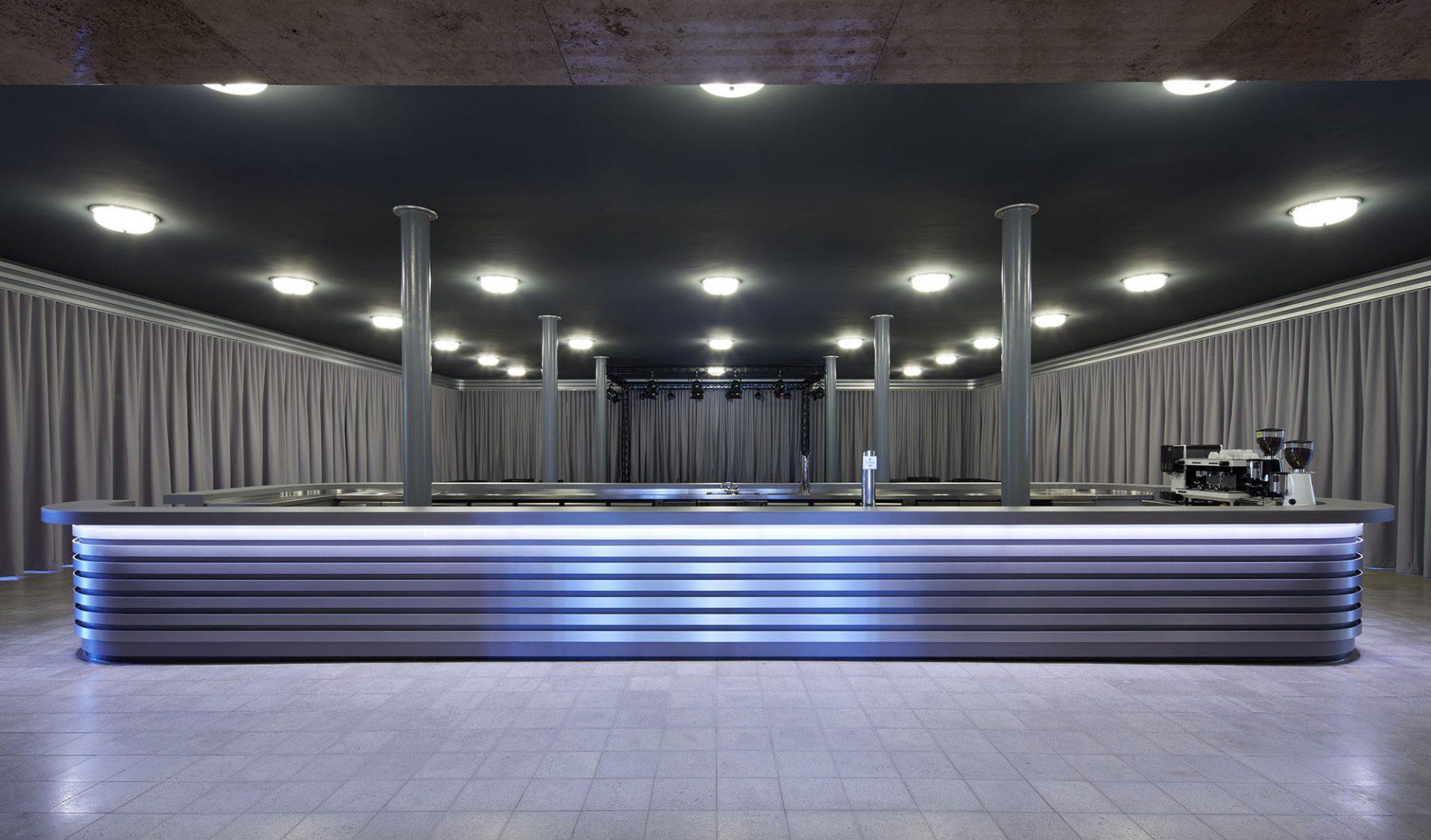 Oetkerhalle. Der neue Garderoben- und Bühnenraum vom Büro Wannenmacher + Möller. Die weichen Stoffe und beweglichen Elemente schaffen einen angenehm zurückhaltenden Kontrast zum historischen Gebäude.