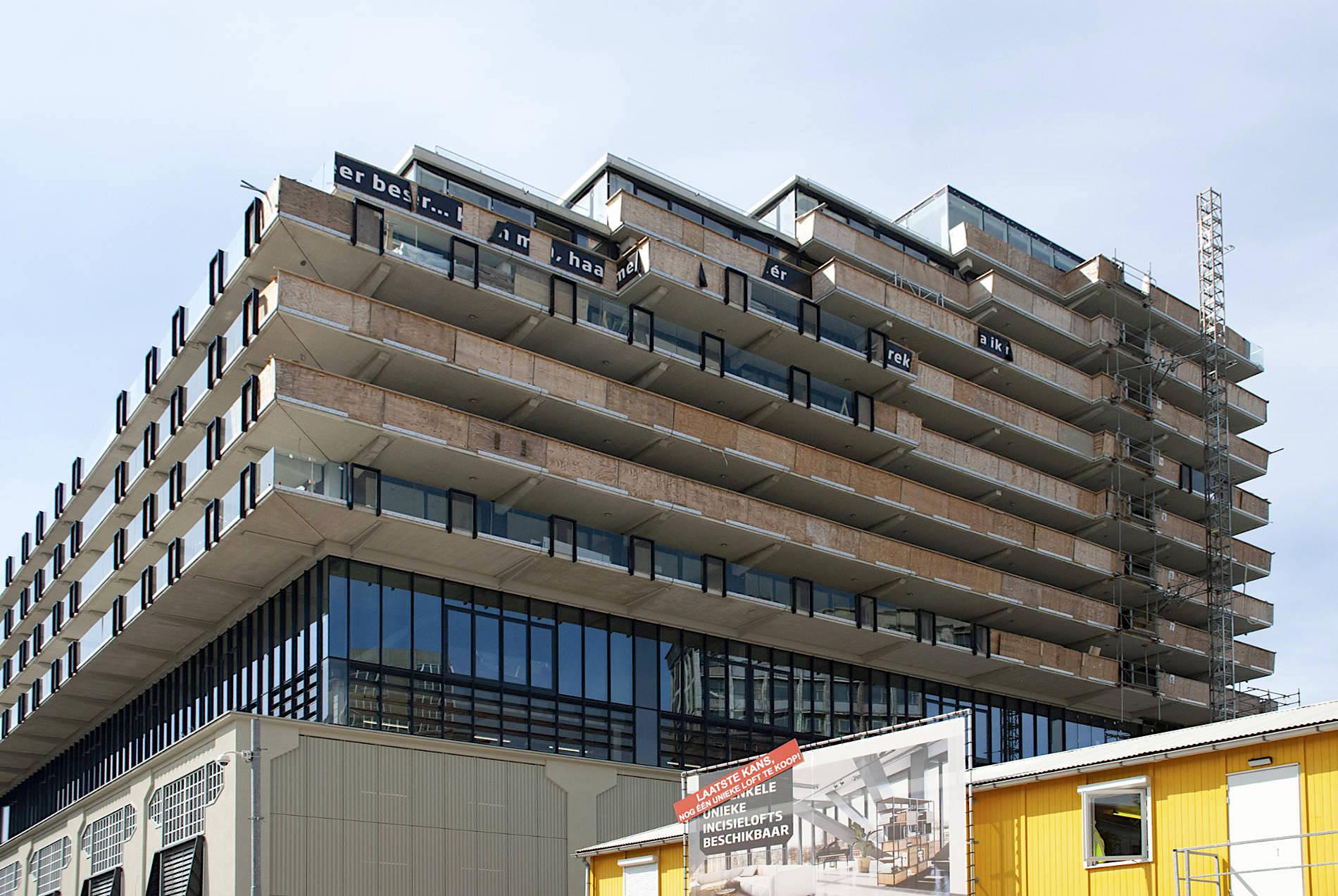 Fenix I. Die östliche Fassade von Fenix I: noch versperren OSB-Platten die Sicht auf...