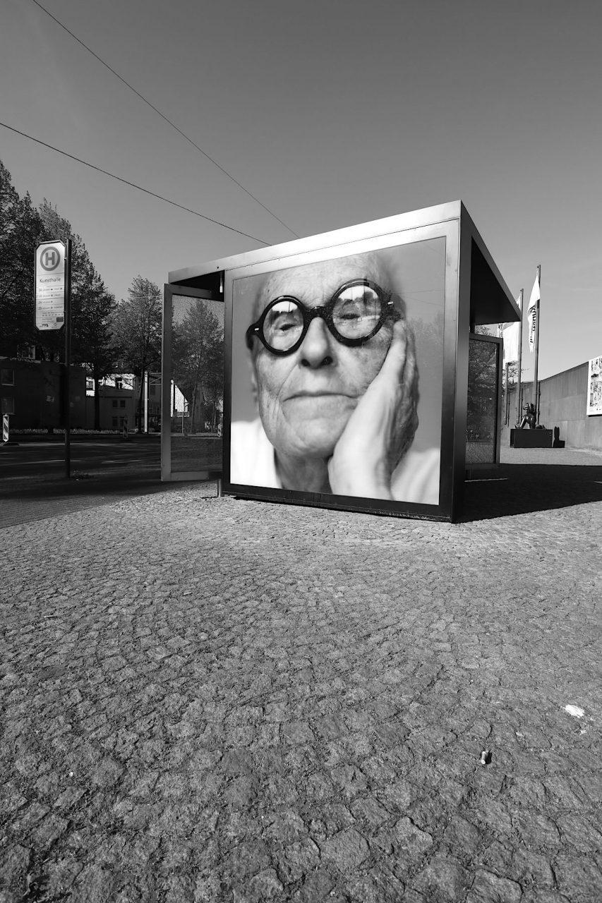 Bus Shelter XII. Mit Dennis Adams kehrt Philipp Johnsons kritischer Blick zurück nach Bielefeld.