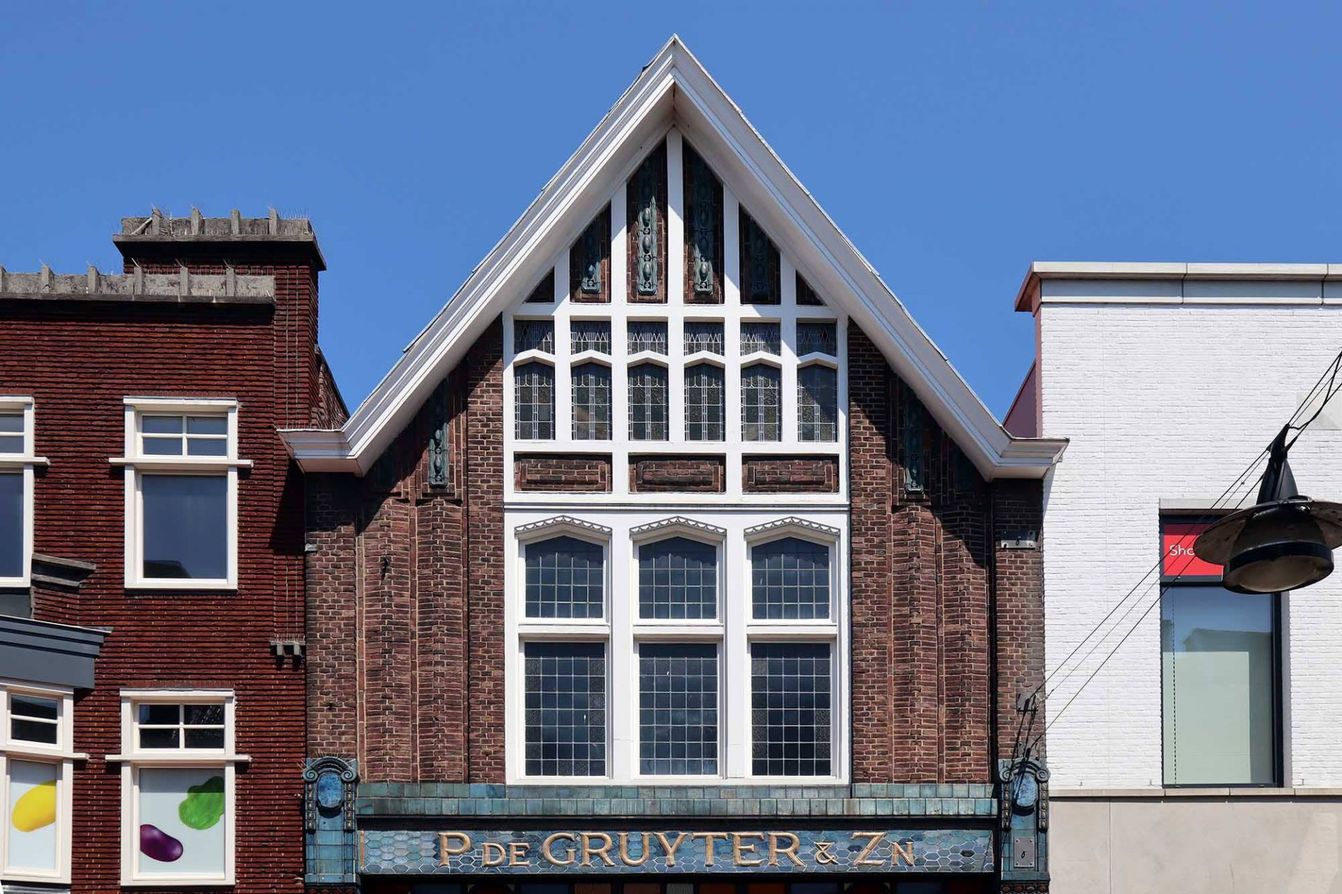 Historisches Zentrum. In der Veestraat reihen sich schmale Häuser aneinander ...