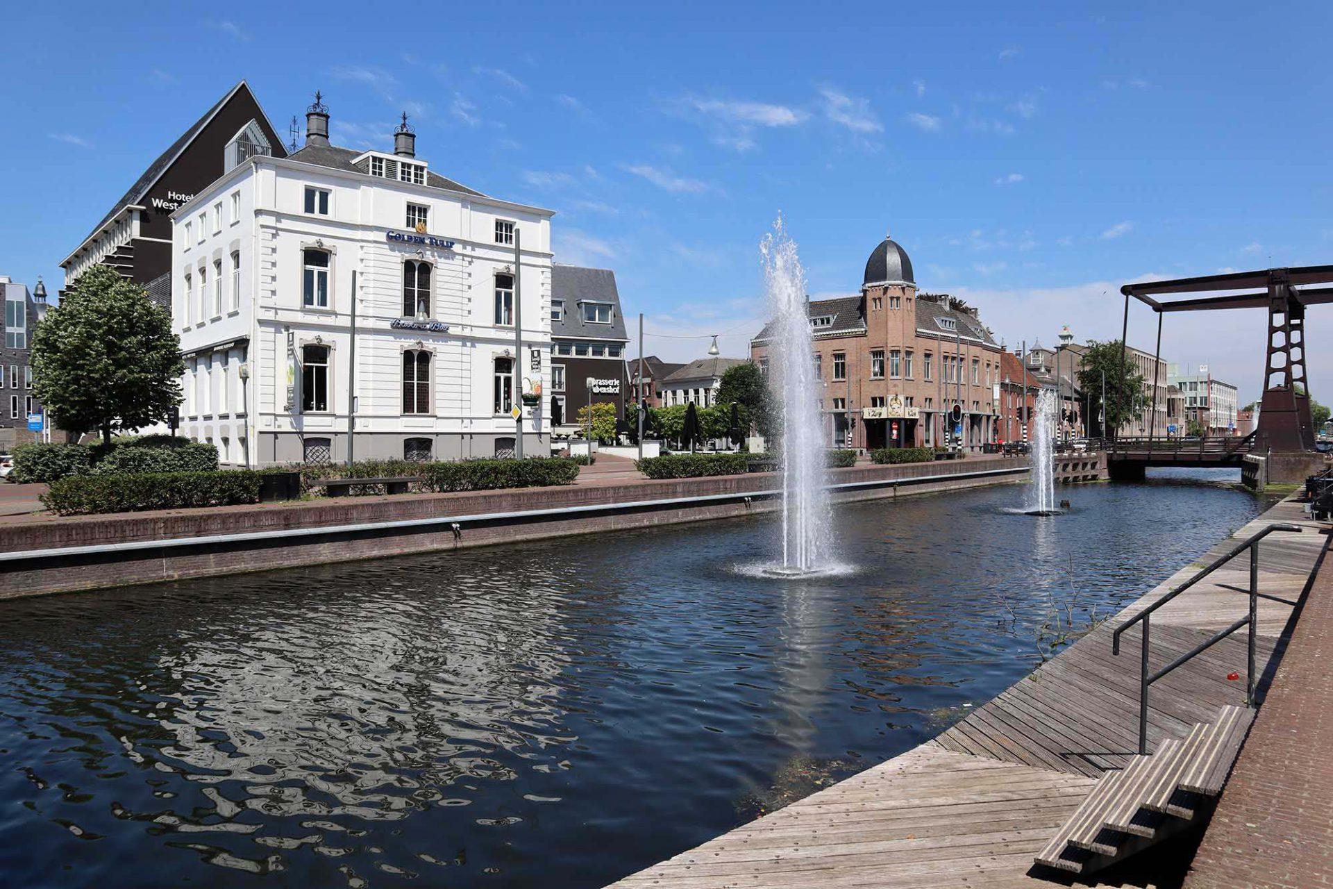 Zuid-Willemsvaart. Der Kanal wurde zwischen 1822 und 1826 errichtet. Er war während der Industrialisierung von besonderer Bedeutung. Heute ist der ehemalige Handelsweg ein beliebter Aufenthaltsort mit Kunstinstallationen und Baudenkmälern, wie beispielsweise das weiße Golden Tulip West-Ende in einer ehemaligen Fabrikantenvilla.
