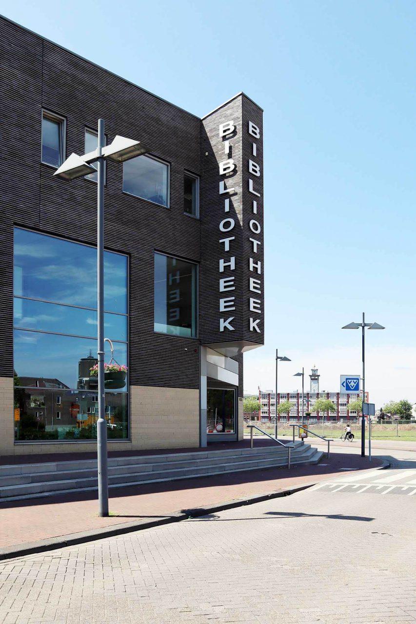 Bibliothek. Neben den Kubushäusern entstand 2011 die neue Stadtbibliothek nach einem Entwurf des Münsteraner Büros Bolles + Wilson.
