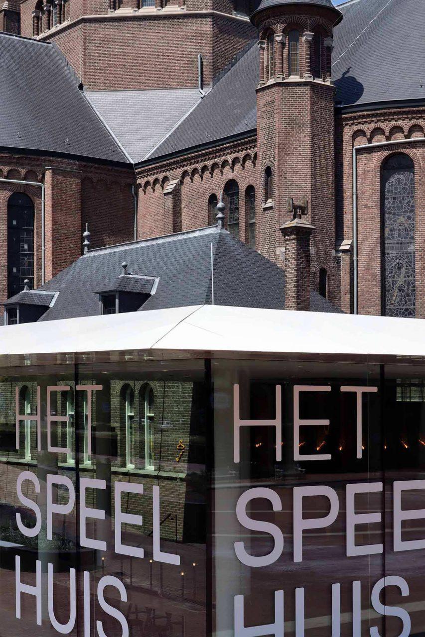 Het Speelhuis. Das weit auskragende Dach wurde so dünn wie möglich ausgeführt, um den Kontrast zwischen dem massiven, bestehenden Sakralbau und dem transparenten, offenen Pavillon besonders zu betonen.