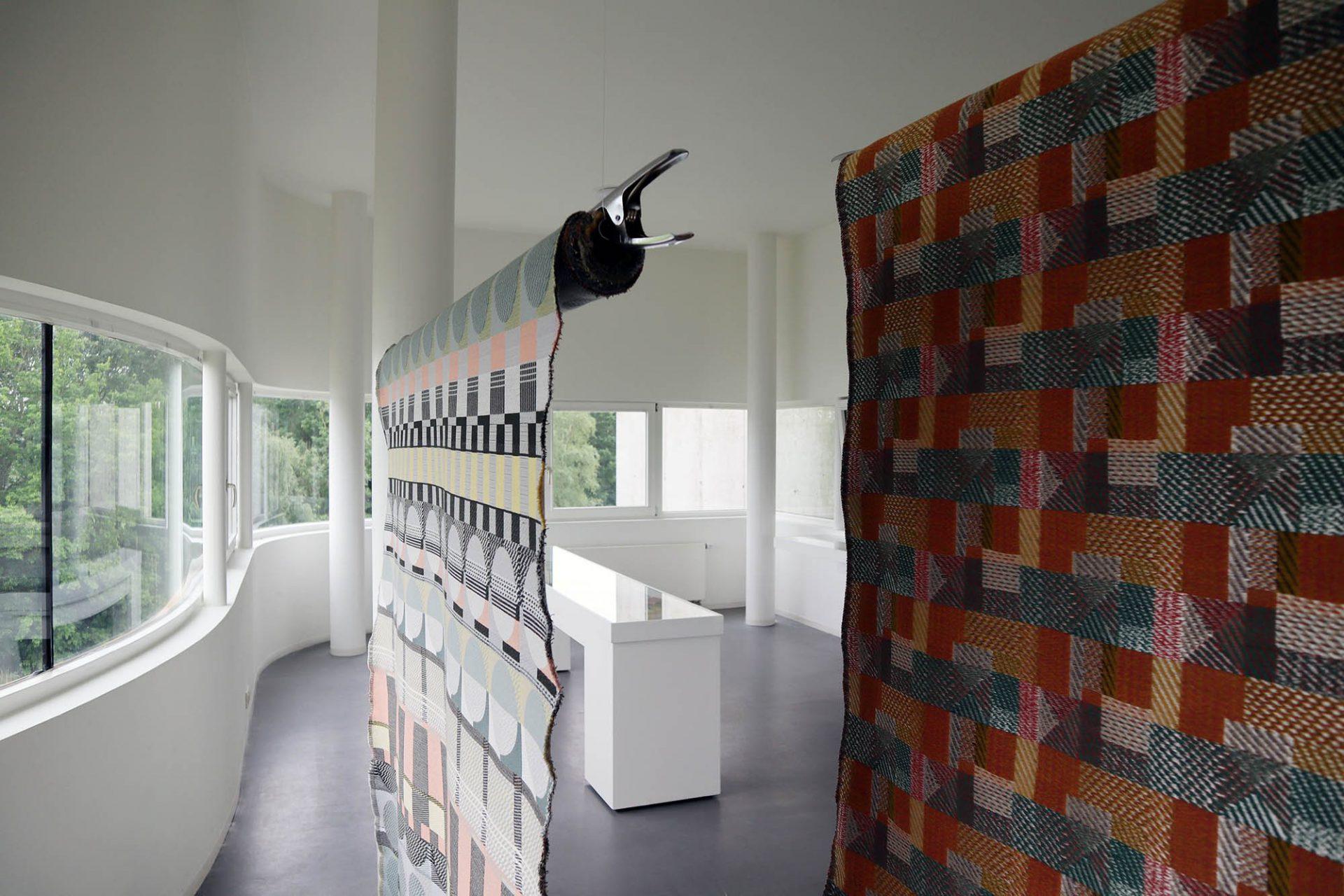 Gunta Stölzl: 100 Jahre Bauhaus-Stoffe. Die Schau zeigt das Leben und Wirken der Textilmeisterin und Muster, Originalstoffe, Bauhaus-Entwürfe und Möbel, die mit ihren Entwürfen veredelt wurden.