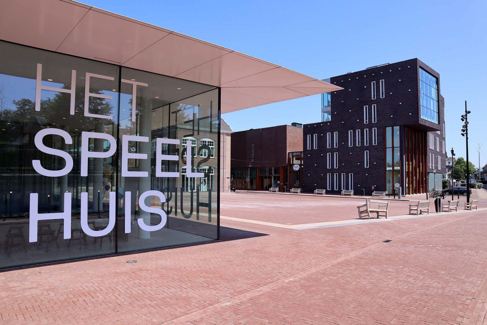 Kunstkwartier. Das Kulturzentrum am östlichen Platzrand entstand 2004 nach Entwürfen des Helmonder Büros LX Architecten.