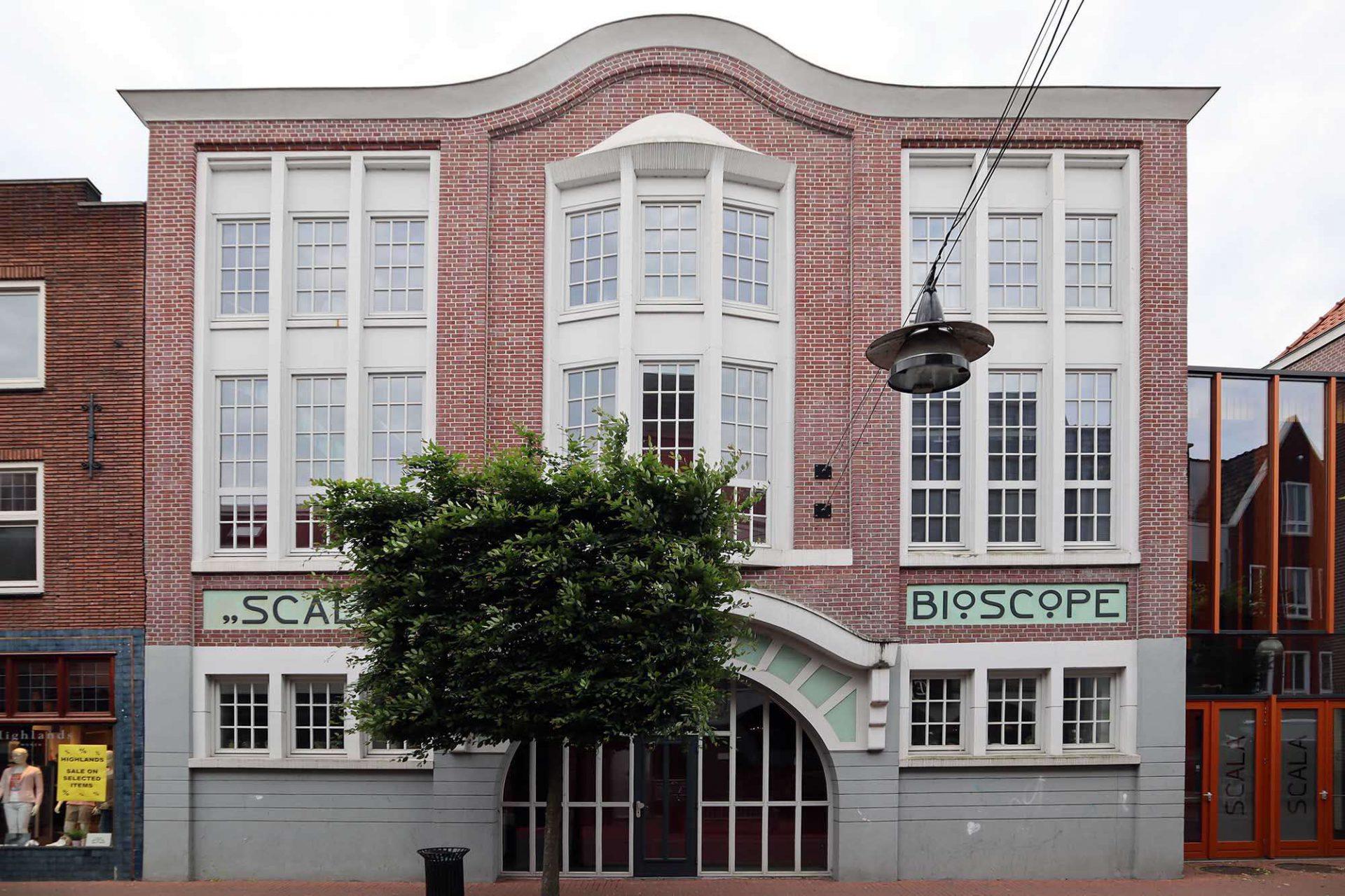 """Kunstkwartier. ... sanierten sie auch das ehrwürdige Kino Scala. LX Architecten verbanden es durch eine Unterführung mit dem Kunstkwartier und bauten es zu einem Theater mit rund 200 Sitzplätzen um. Die ursprünglichen Fassaden wurden weitgehend erhalten. Das Innere wurde komplett entkernt und als """"Box in Box-Bauweise"""" neu errichtet."""