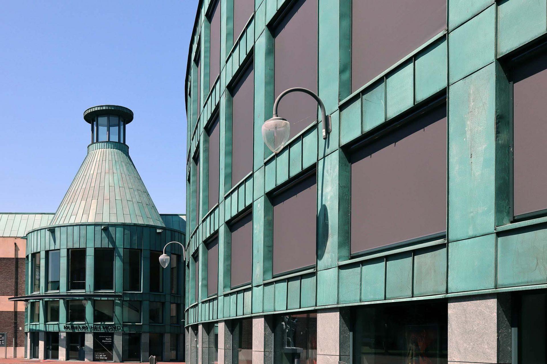 Boscotondo-Komplex. Im Mittelpunkt von Natalinis Entwurf steht ein runder Wald. Der Boscotondo (italienisch für Rundwald) bildet das Zentrum eines großen, offenen Platzes, der von Gebäuden umsäumt ist. Da sind sie wieder, die Bäume.
