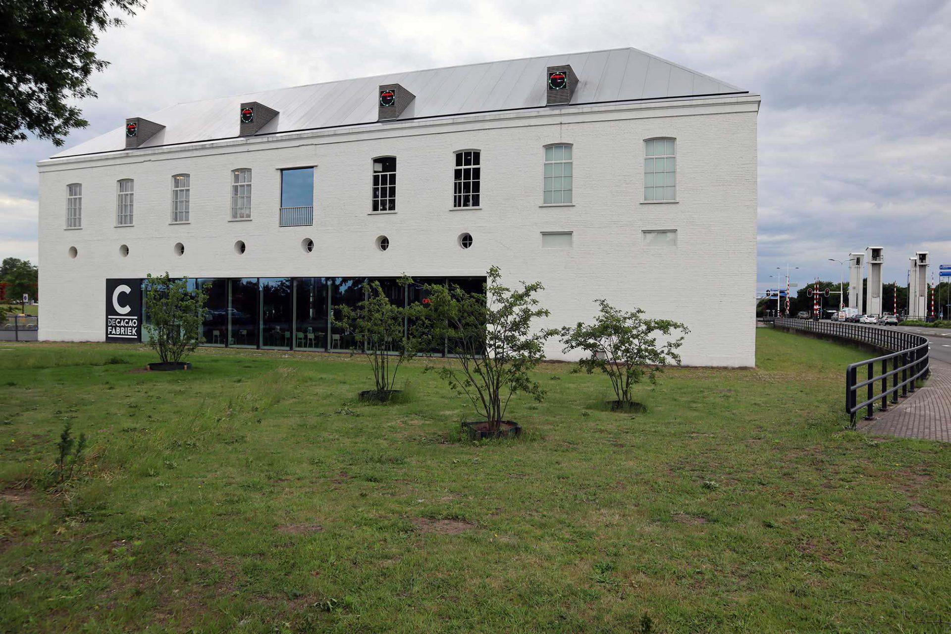 De Cacaofabriek. Die Anlage wurde über viele Jahre für Ausstellungen und Kunstateliers genutzt, bevor ein Feuer 2008 große Teile zerstörte.