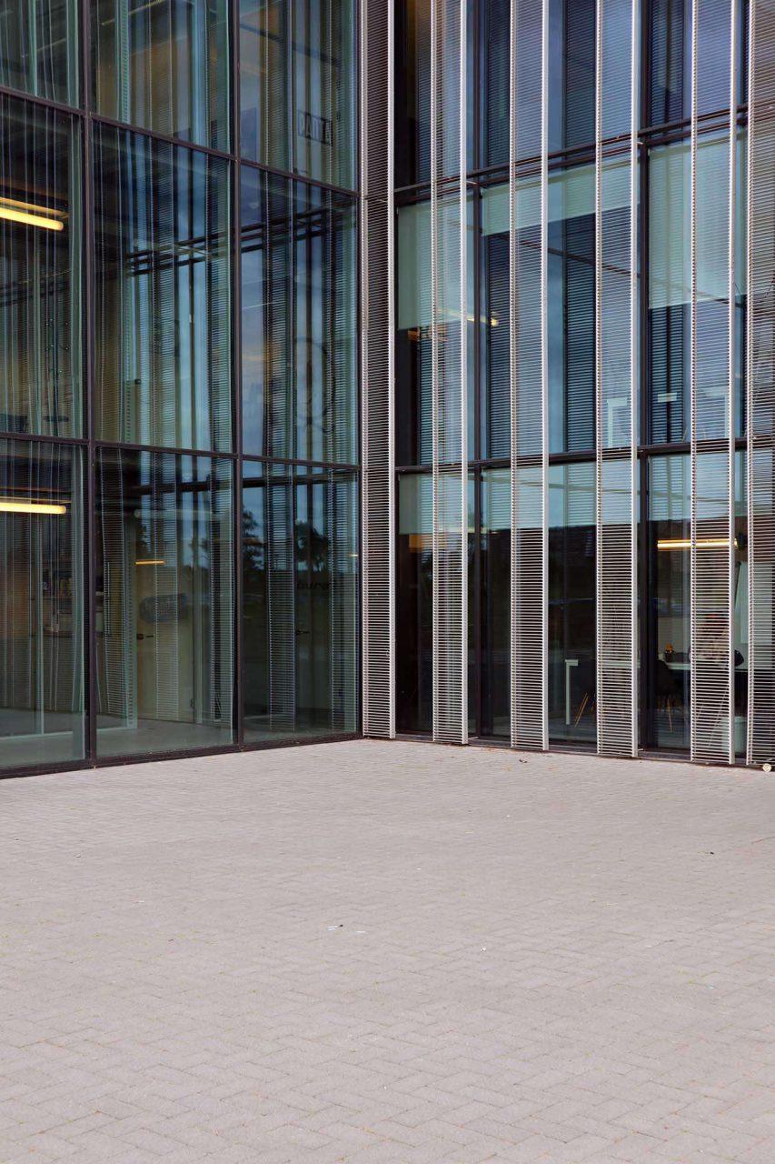 De Cacaofabriek. Das Foyer erhält durch die vollflächige Fassadenverglasung mit den feststehenden Lamellengittern ordentlich Tageslicht.