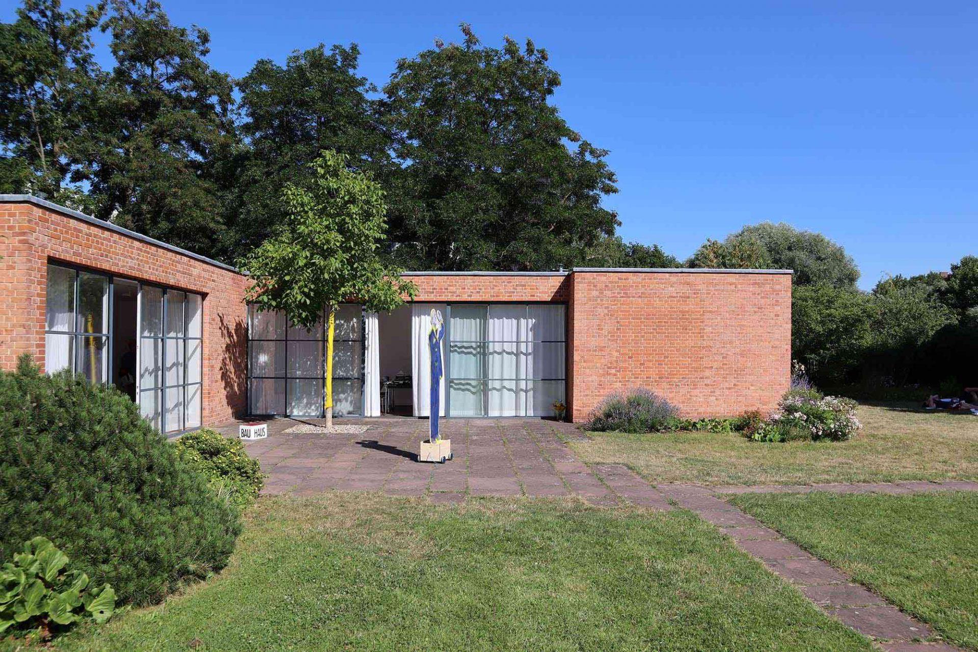 Mies van der Rohe Haus. Das Büro des Staudenzüchters Karl Foerster in Potsdam mit Herta Hammerbacher war für die Planung des Gartens zuständig.