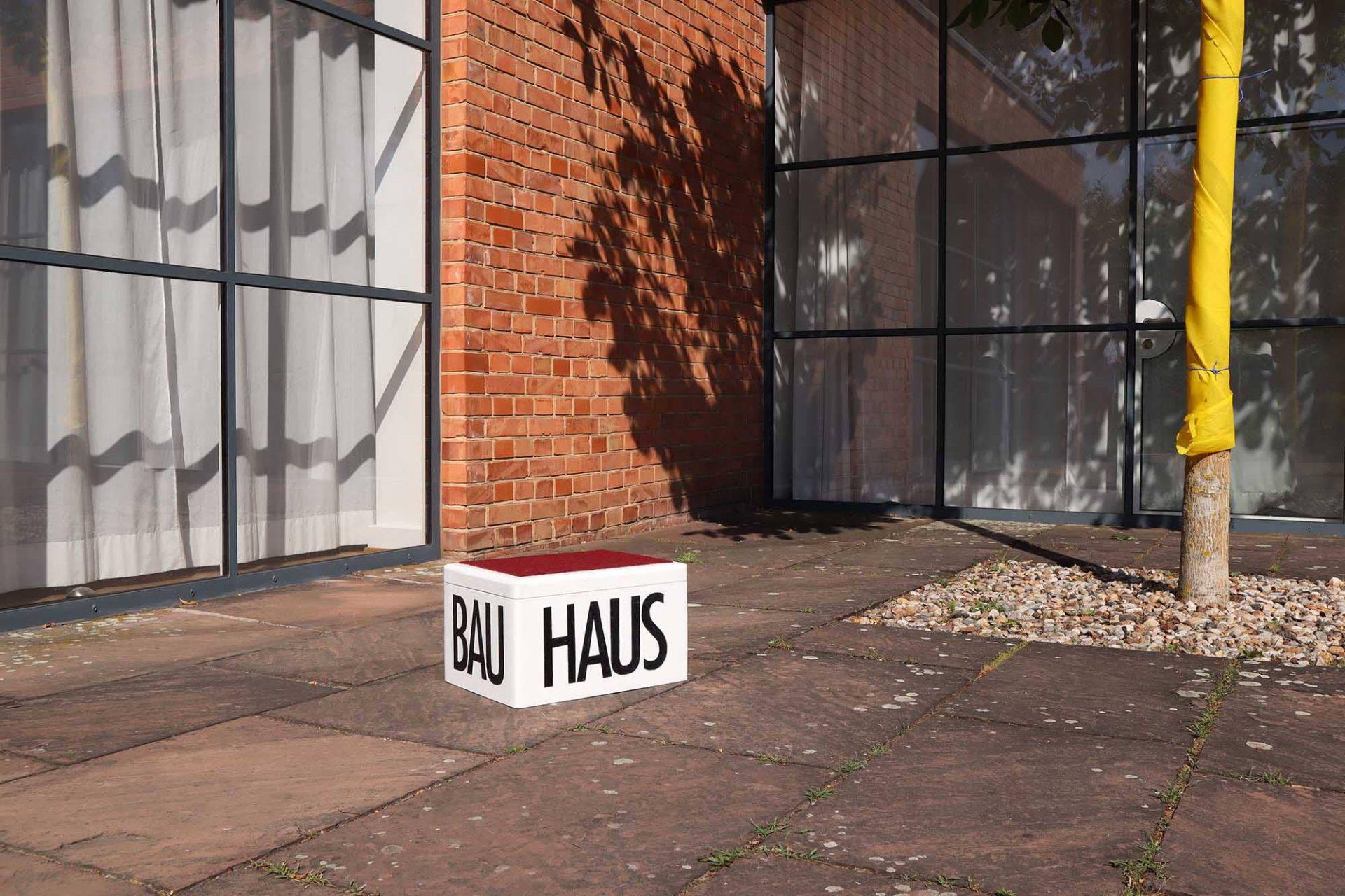 Mies van der Rohe Haus. Die Gestaltung und Gliederung des Grundstücks geht auf den Entwurf von Mies van der Rohe zurück. So stellt der Garten Lemke eine Übergangszone zwischen Haus und der Parklandschaft am Obersee dar – wie das Haus zurückhaltend und nuanciert gestaltet.