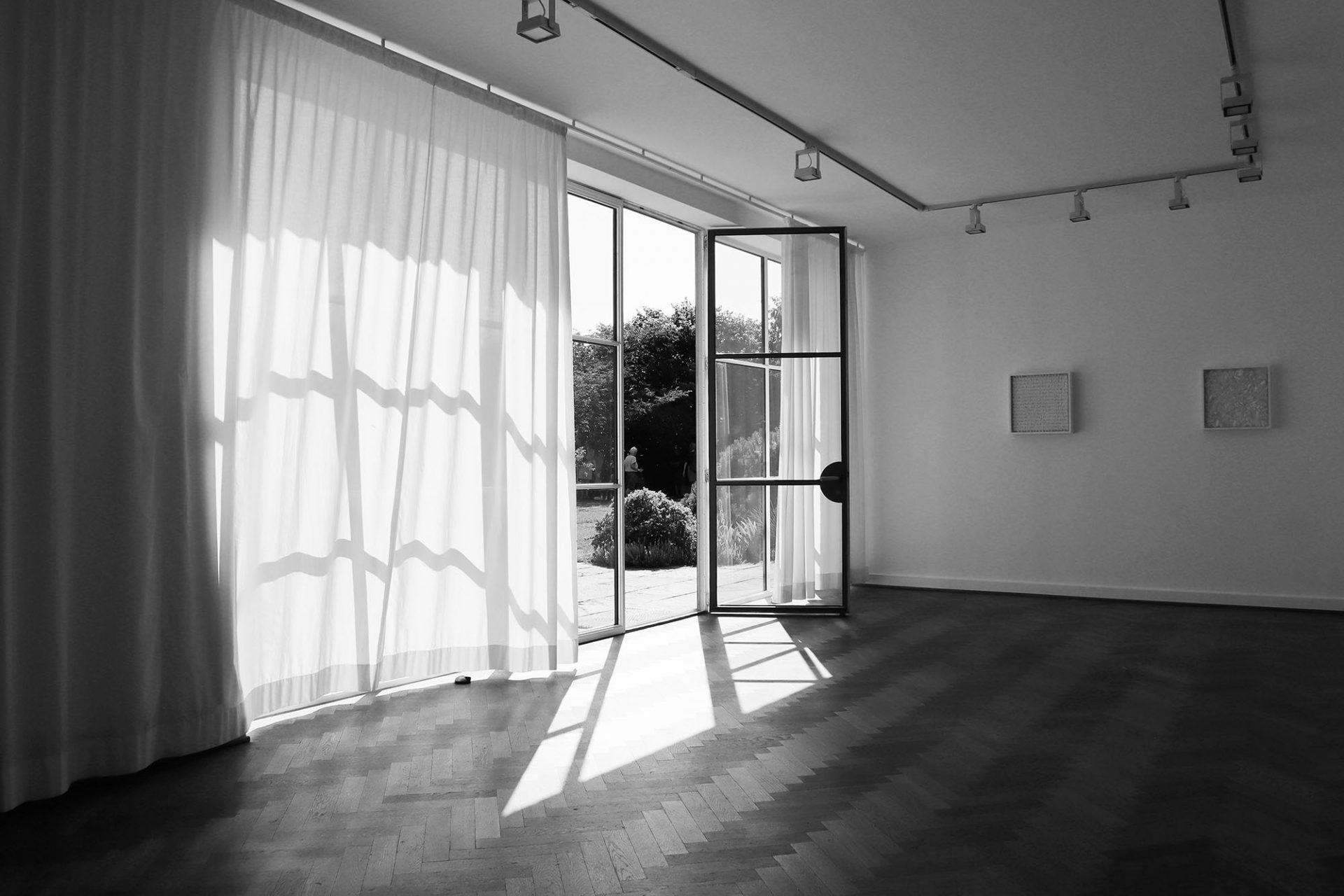Mies van der Rohe Haus. Das Wechselspiel aus Innen- und Außenraum an.