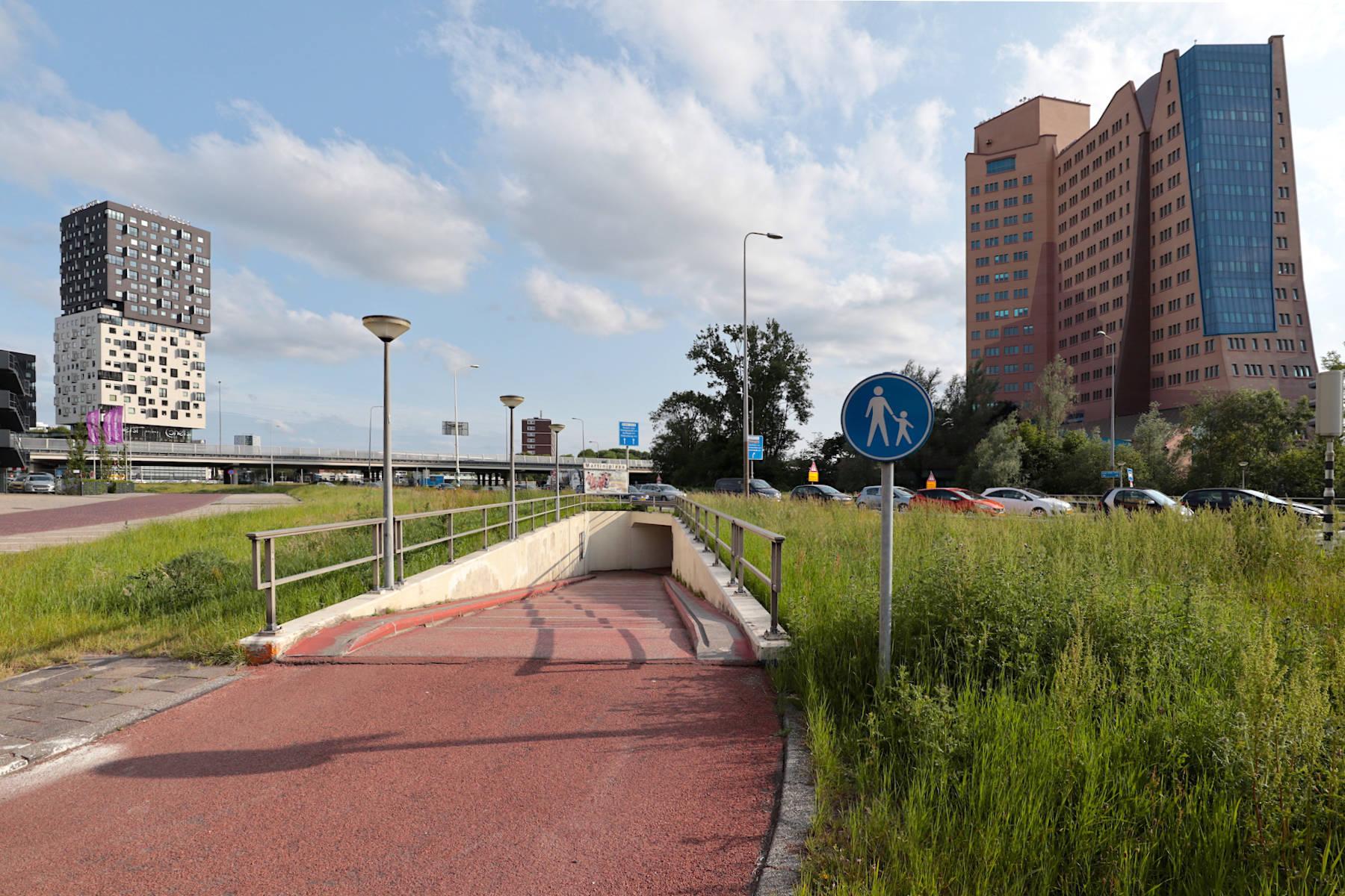 """Gasunie. Alberts & Van Huut, 1994. 18 Stockwerke und 89 Meter hoch: eines der bekanntesten Gebäude Groningens und lange das zweithöchste der Stadt (abgelöst durch Kempkensberg, das neue Finanzamt von UN). Königin Beatrix eröffnete das Hauptquartier von Gasunie, das die Architekten als """"organisches Gebäude"""" beschreiben. Links: """"La Liberté"""" von Dominique Perrault."""