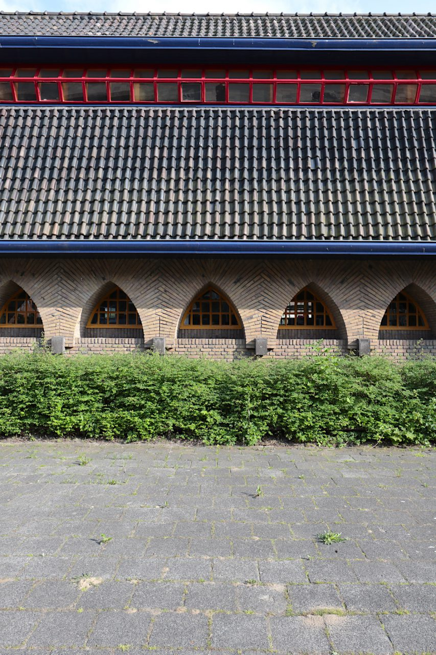 Vensterschool. ... mit Variationen der Fensterformen. Auf der Rückseite wirkt das Gebäude mit den vielen Fenstern und der einheitlichen Gestaltung heiter und offen.