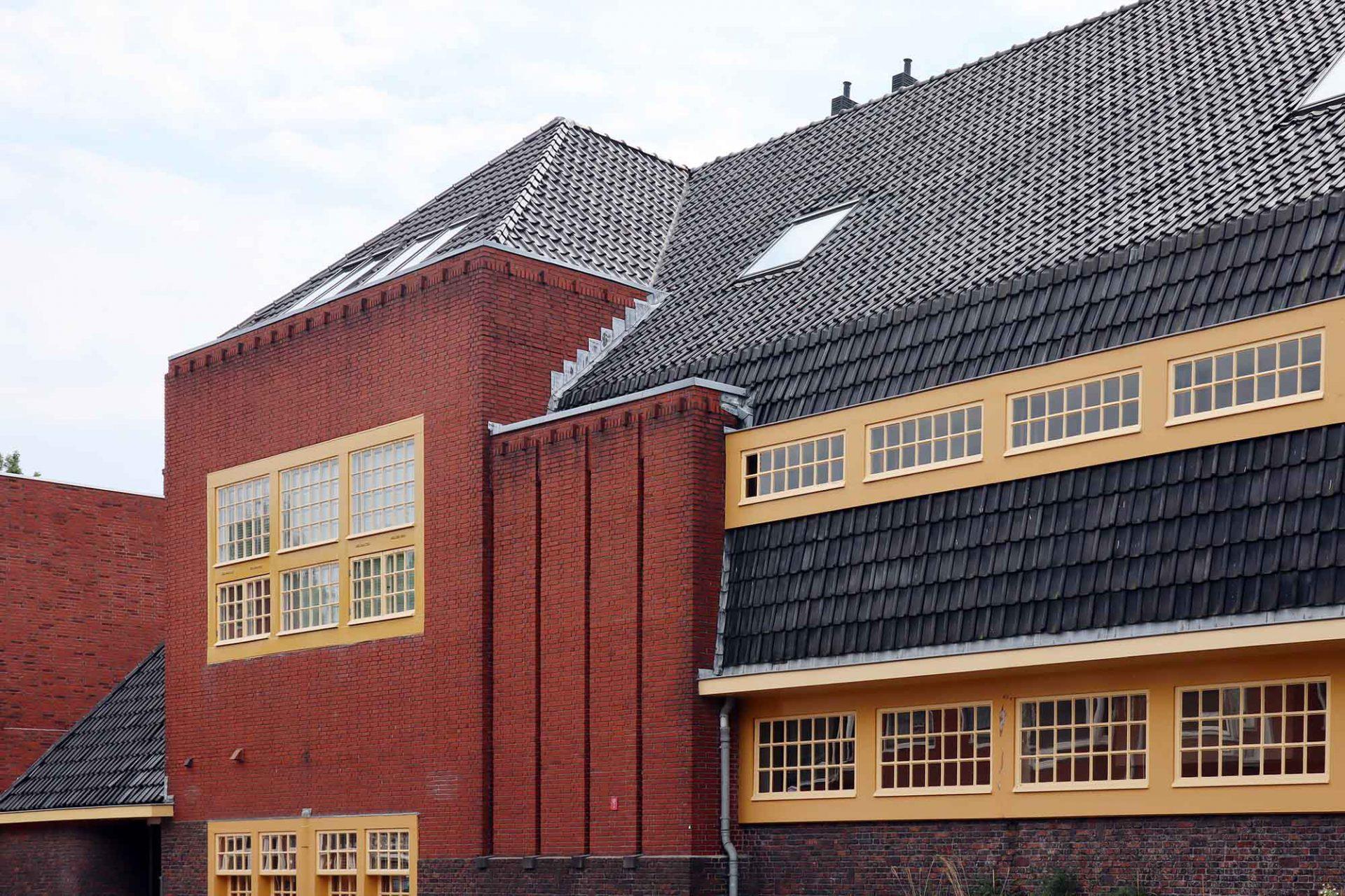 Schule an der Jan Hissink Jansenstraat. Entwurf: S. J. Bouma. Fertigstellung: 1926. Das langgezogene Schulgebäude besteht aus verschiedenen Baukörpern mit unterschiedlichen Fassadenflächen und Dachformen sowie großen Fenstern. Seit 2002 ist der Komplex eine Wohnanlage.