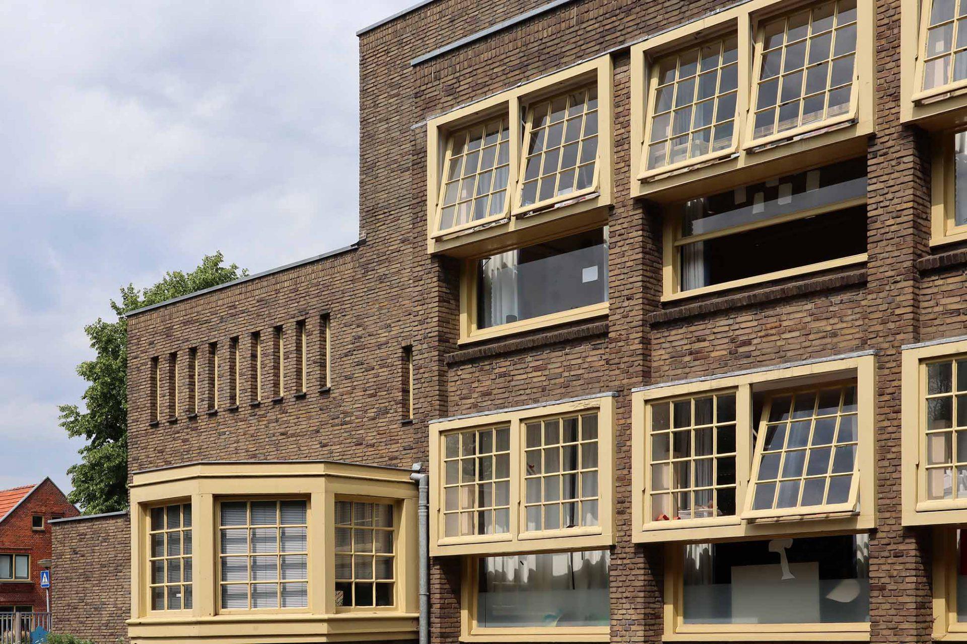 S. J. Boumaschool. Mit den typischen Treppenfenstern …