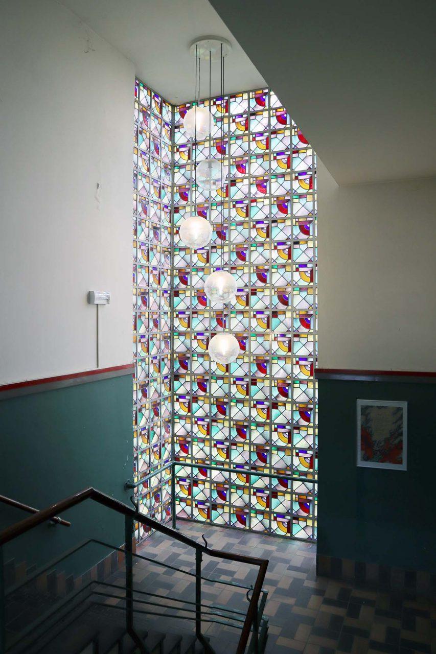 S. J. Boumaschool. … und Buntglasfenstern im Treppenhaus.