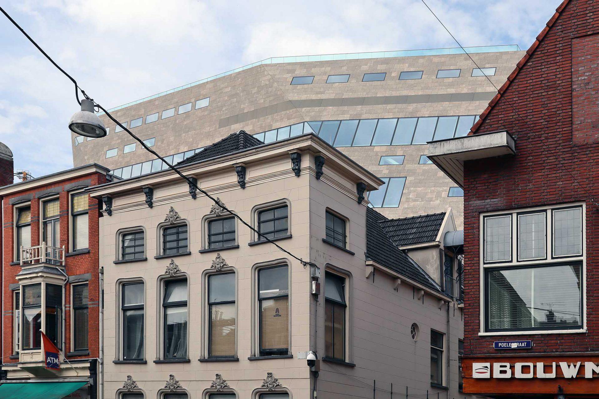 """Forum. NL Architects, im Bau. Das 1997 von Pieter Bannenberg, Walter van Dijk, Kamiel Klaasse and Mark Linnemann gegründete Büro sieht eine Art """"gebautes Wikipedia"""" für Groningen vor. Ein mächtiger, dominanter Kulturbau, der öffentlicher Platz, Wissenshaus und Treffpunkt der Stadt werden soll."""