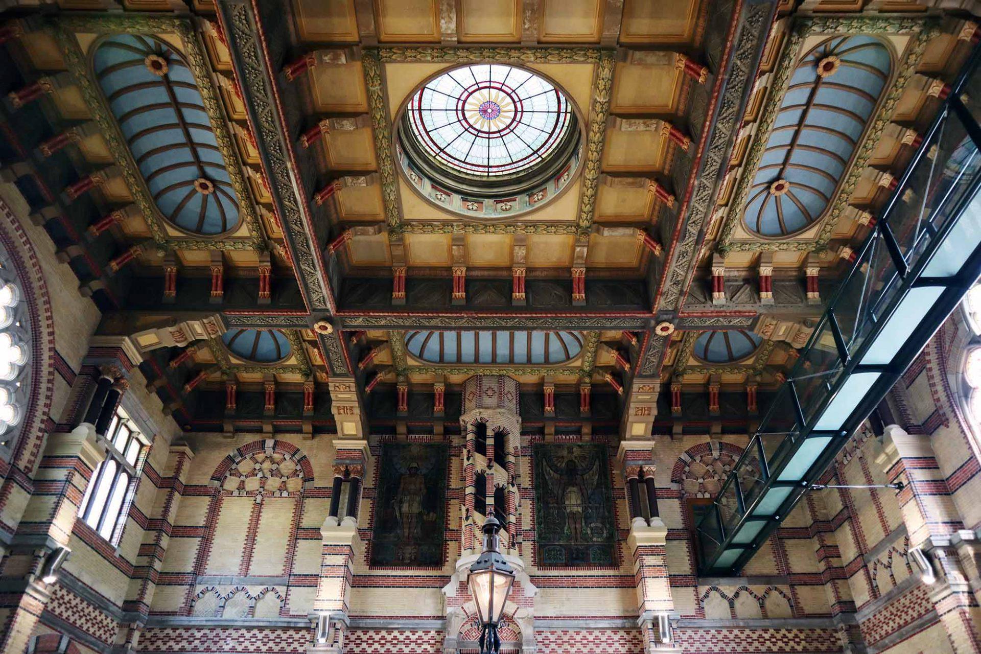 Hauptbahnhof. Architekt: Isaac Gosschalk. Fertigstellung: 1896. Der aus Amsterdam stammende Gosschalk (1838 –1907) verband für das Gebäude niederländische Renaissance mit Neogotik.