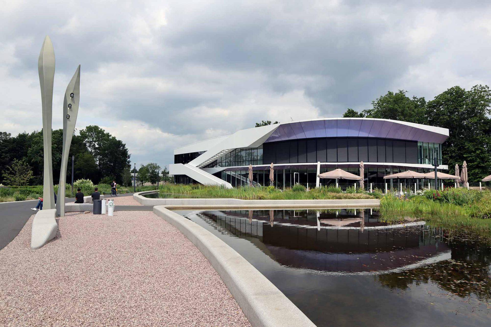 Kempkensberg. Die Fassade des Bürogebäudes besteht aus verschiedenen Elementen wie z. B. Aluminiumlamellen, die auch der Regulierung z. B. des Lichteinfalls dienen.