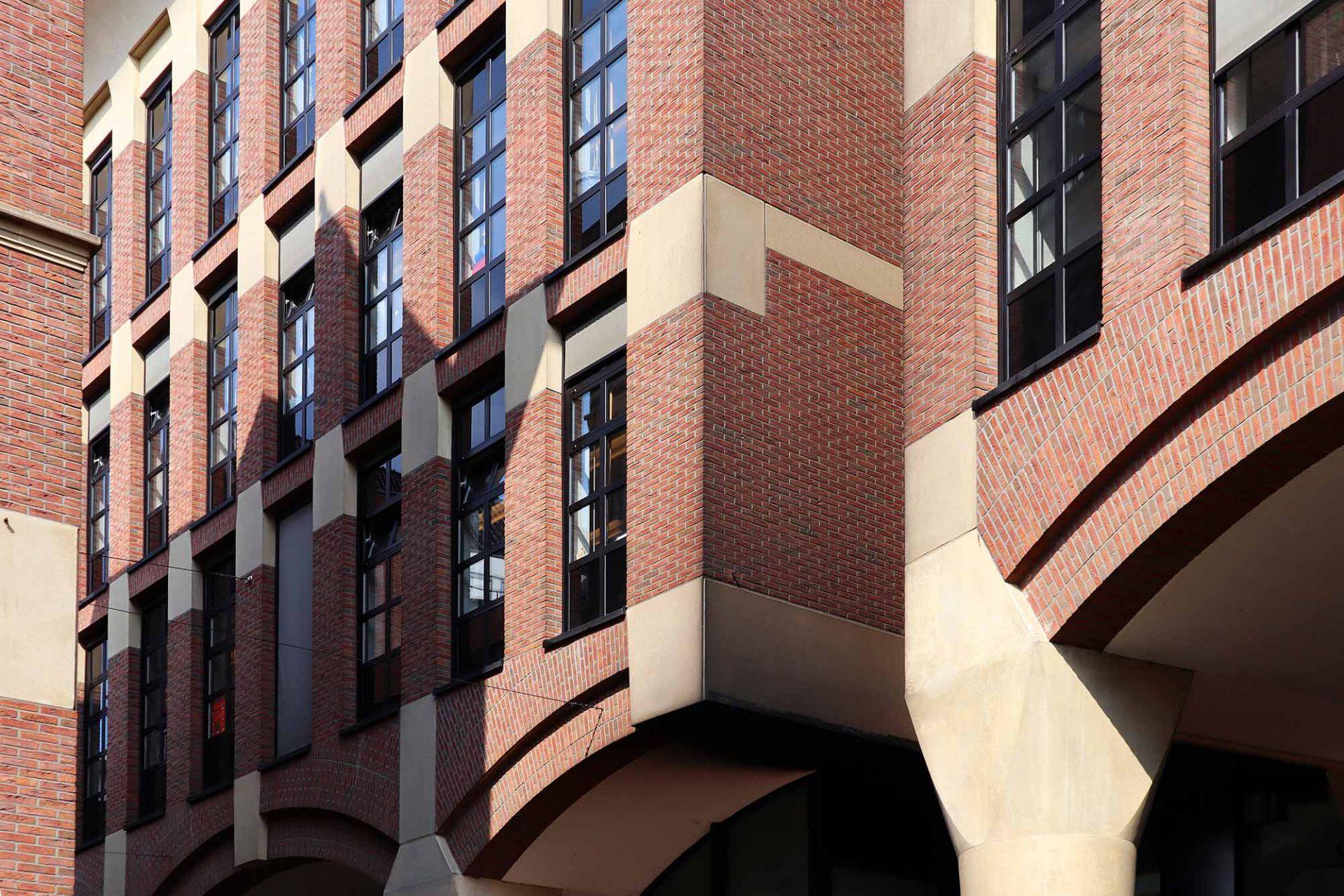 Waagstraatcomplex. Architekturbüro: Adolfo Natalini, Natalini Architetti. Fertigstellung: 1996. Für den Wiederaufbau des Komplexes rekonstruierte das Büro auch das Gebäude der Goldbörse.