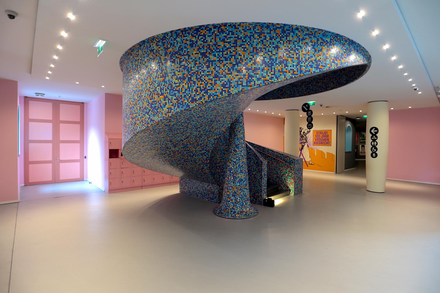 Groninger Museum. Die von Mendini gestaltete Wendeltreppe als Kunstwerk an sich mit tausenden Mosaiksteinen. Vom Eingangsbereich geht es hinunter zur Kunst.