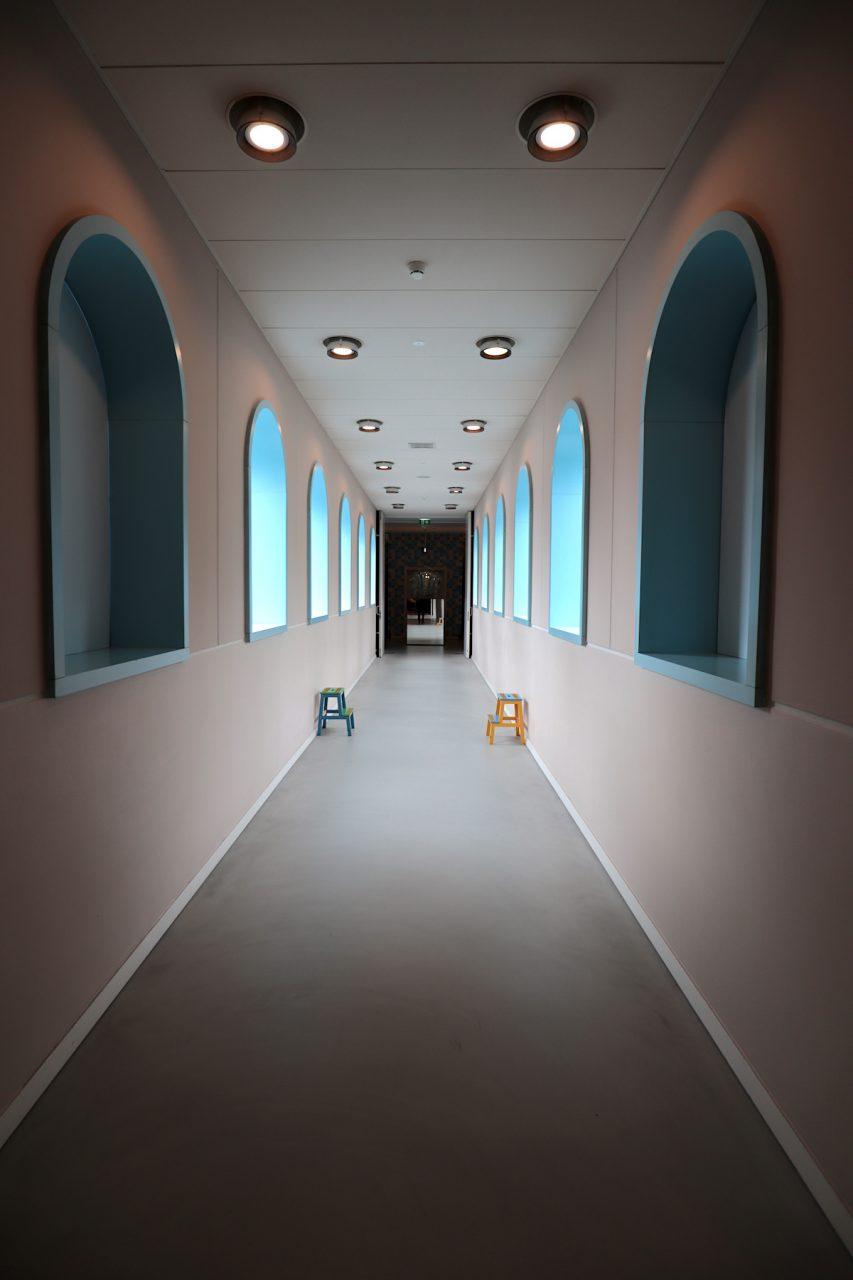 Groninger Museum. Der innere Aufbau des Komplexes erschließt sich nicht zwangsläufig. Die Bereiche der Pavillons und Verbindungswege sind teils labyrinthisch, teils verwinkelt.