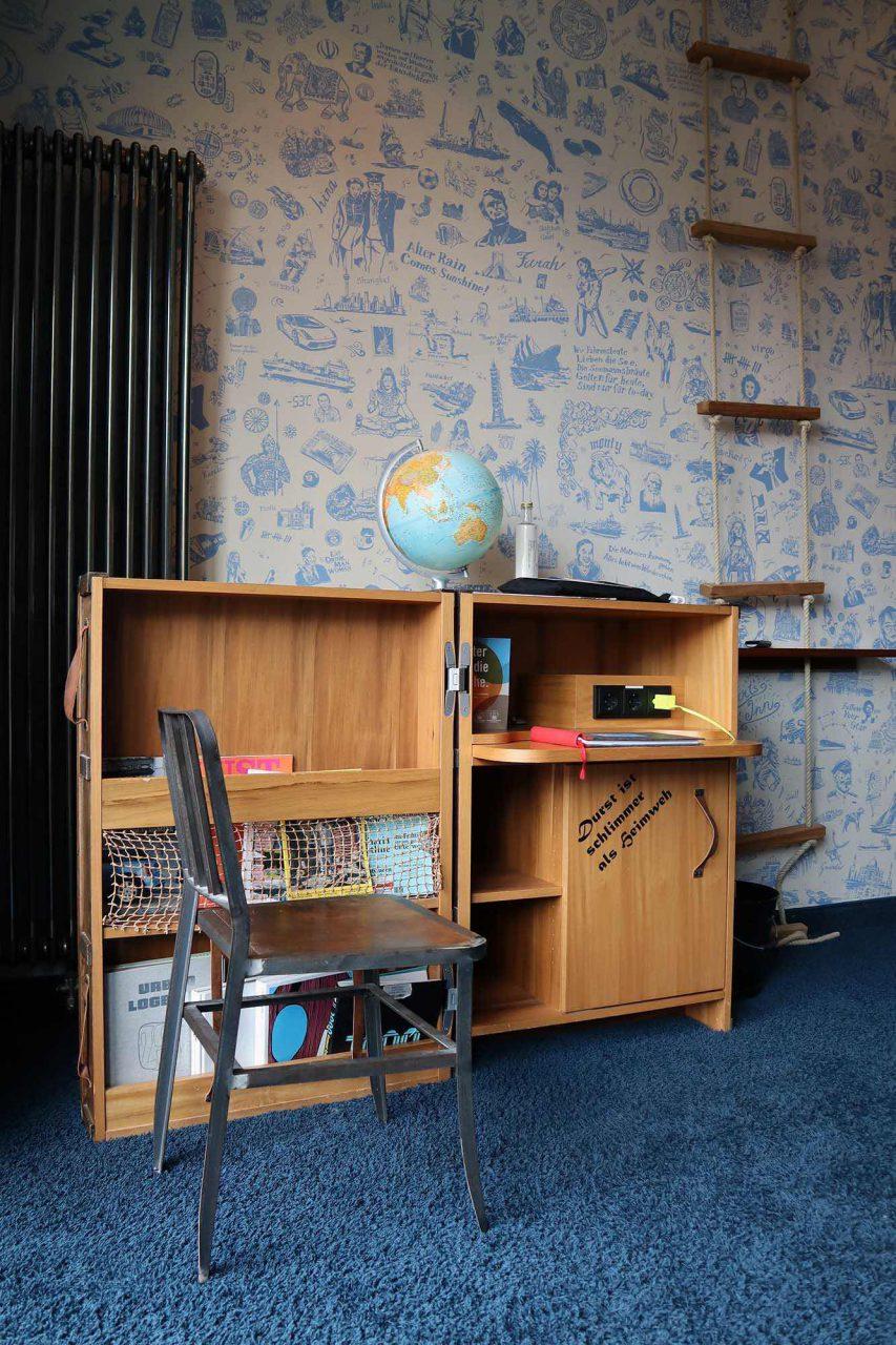 25hours Hotel Hafencity. Der Überseereisekoffer wurde vom Möbelschreiner Likoo entwickelt und dient als Schreibtisch mit intergrierter Minibar.