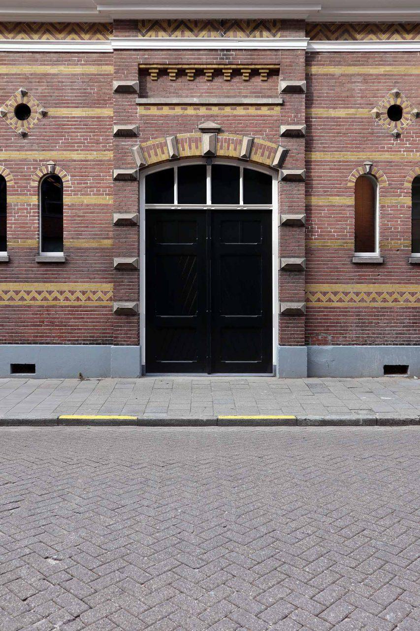 Kazerne. Historische Fassaden aus Ziegel und Glas kontrastieren mit ...