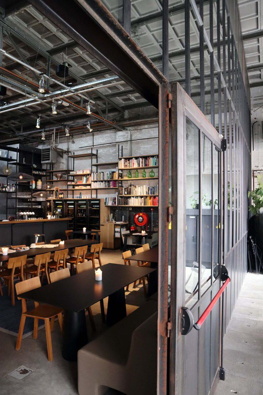 Kazerne. In der Industriehalle von 1925 befindet sich die Kazerne Bar/Restaurant.