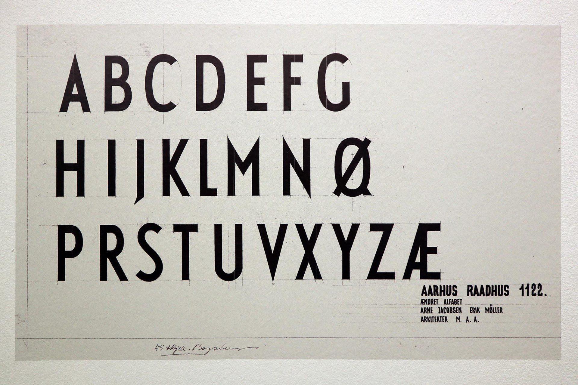 Alphabet. Arne Jacobsen bezog schon früh andere Bereiche in die Entwurfsarbeit ein– hier bei der Gestaltung des Rathaus von Aarhus, das er zusammen mit Erik Møller realisierte.