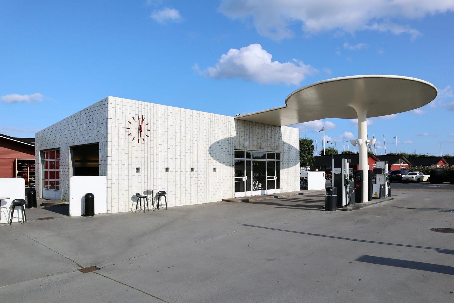 Tankstelle Skovshoved. Entwurf: Arne Jacobsen. Fertigstellung: 1937. Von den ursprünglich zwei geplanten Tankstellen, Texaco und Tempo, wurde nur Erstere realisiert. Der eingeschossige Bau ist viereckig und mit weißen Fliesen verkleidet. An der Nordseite befinden sich zwei Garagentore für die Zufahrt in die Werkstatt. Nur die Westseite hat Fenster und Türen, durch die der Kassenbereich betreten wird.