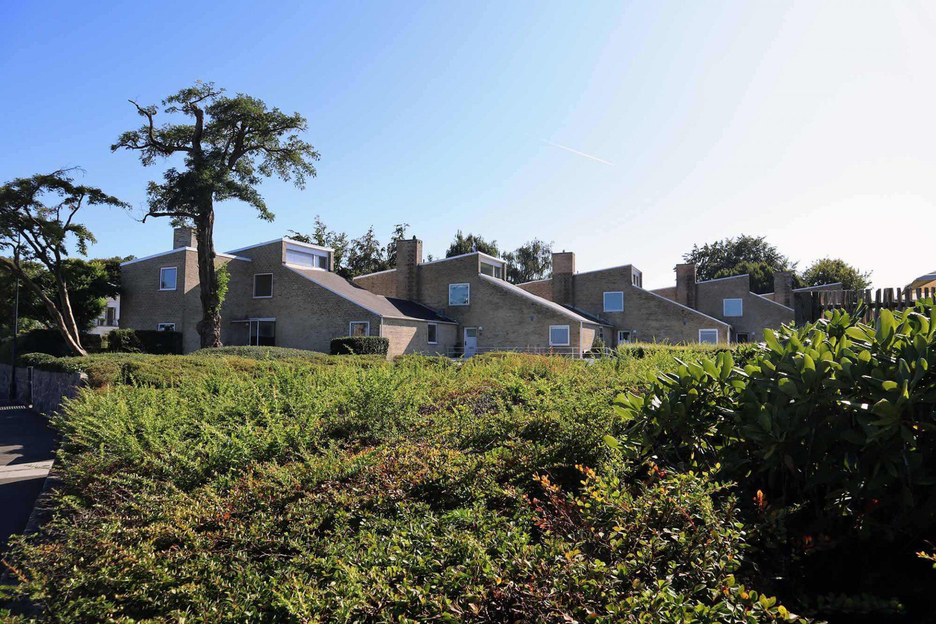 Søholm Reihenhäuser. Jacobsen entwarf 18 Häuser, die er in drei Bereiche aufteilte: Søholm 1-3. Die dem Licht zugewandten Ziegelsteinbauten markieren eine neue Entwicklung in Jacobsens Werk, die von Kritikern als Meilenstein angesehen wird.