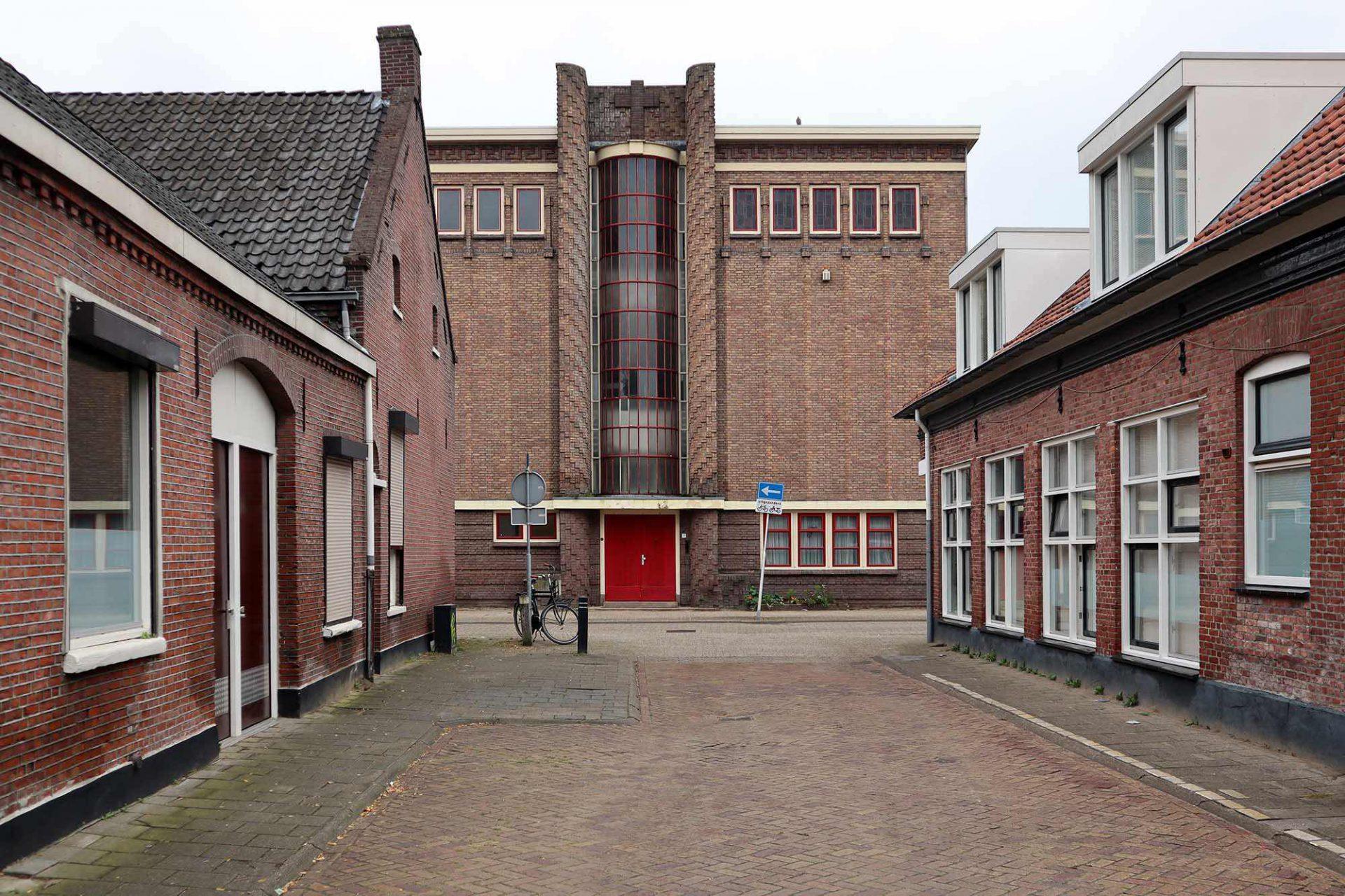 Theresialyceum. Das Schulgebäude am Alter Deich 9 entstand 1931 nach Plänen von Jos Donders im Auftrag der Kongregation der Barmherzigen Schwestern. Es beherbergt heute das Nationaldenkmal von Jozef Mavo.