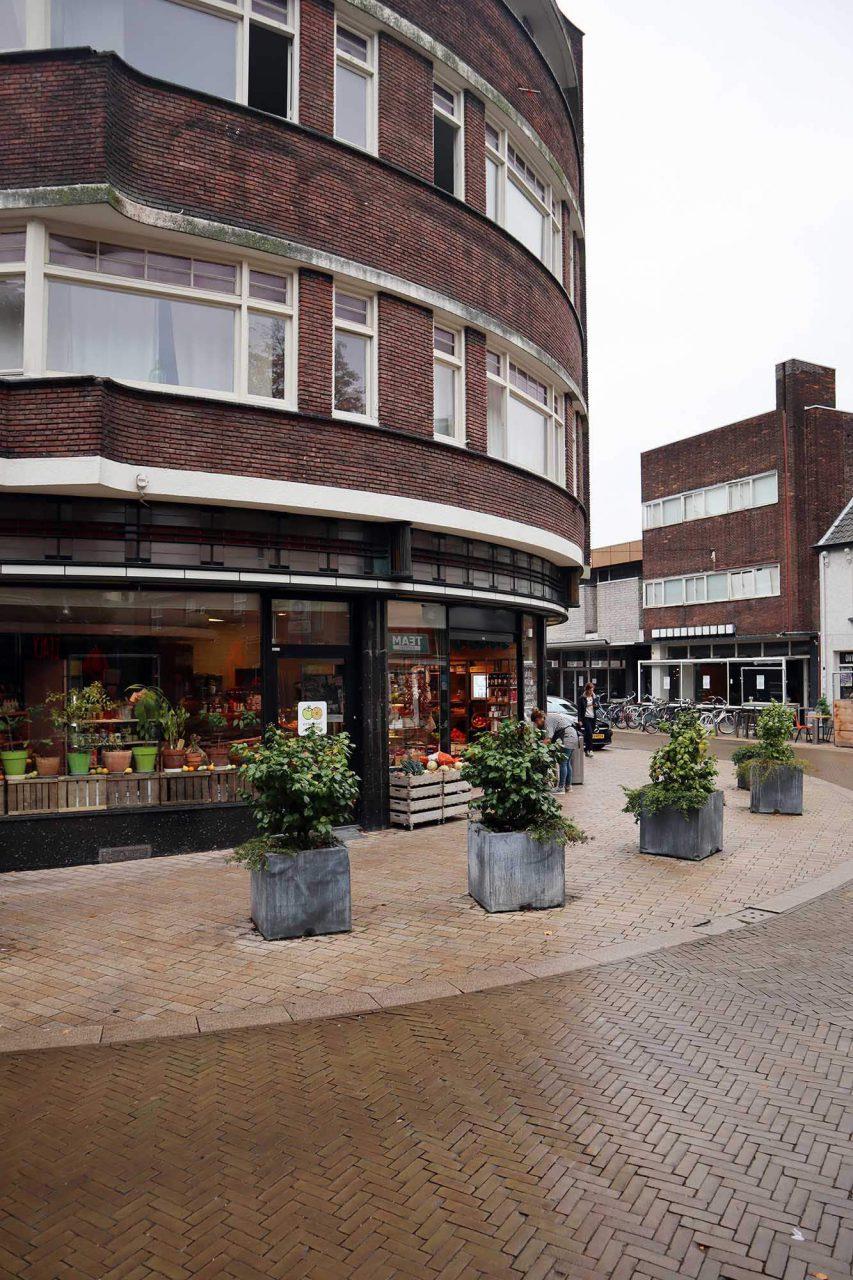 Amsterdamer Schule. An der Ecke Nieuwlandstraat-Heuvelstraat entstanden zwischen 1929–1930 zwei Wohn- und Geschäftshäuser nach dem Entwurf des Architekten T. Hovers. Er kombinierte Beton und Ziegelstein in wechselnden Verbänden.