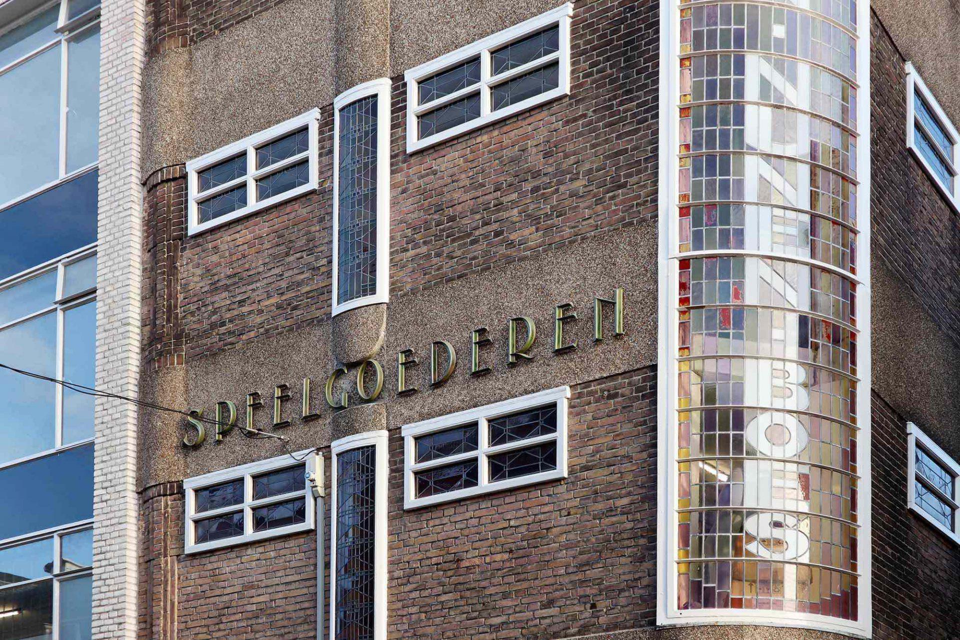Speelgoederen. Ein schönes Beispiel des Bauens in den 1920ern steht in der Heuvelstraat Ecke Alexanderstraat.