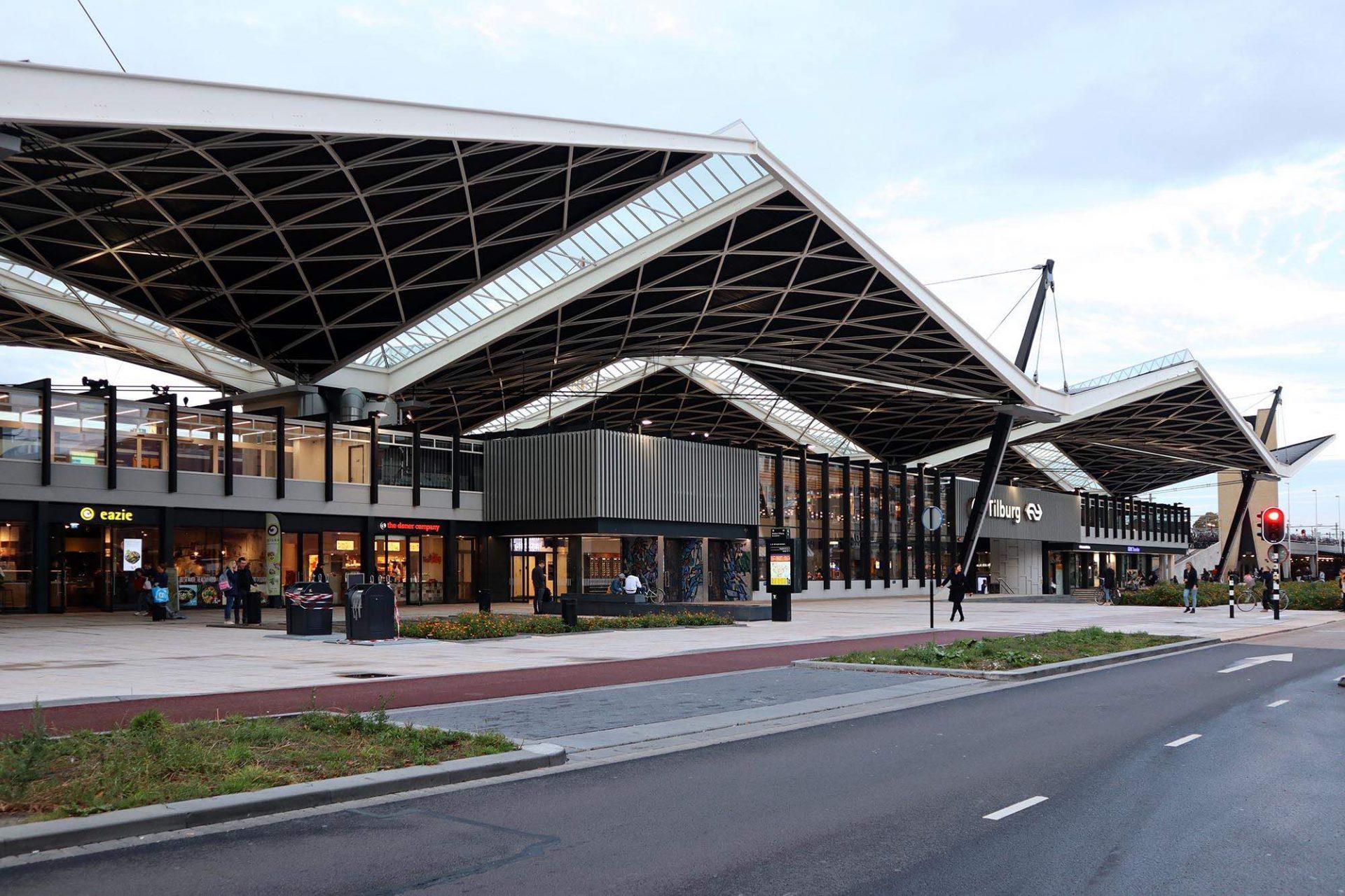Bahnhof. Das Gebäude entstand bereits 1965 nach Entwürfen des Bahnhofsarchitekten Koen van der Gaast. Sein Bau war richtungsweisend für die niederländische Architektur der 1980er- und 1990er-Jahre.