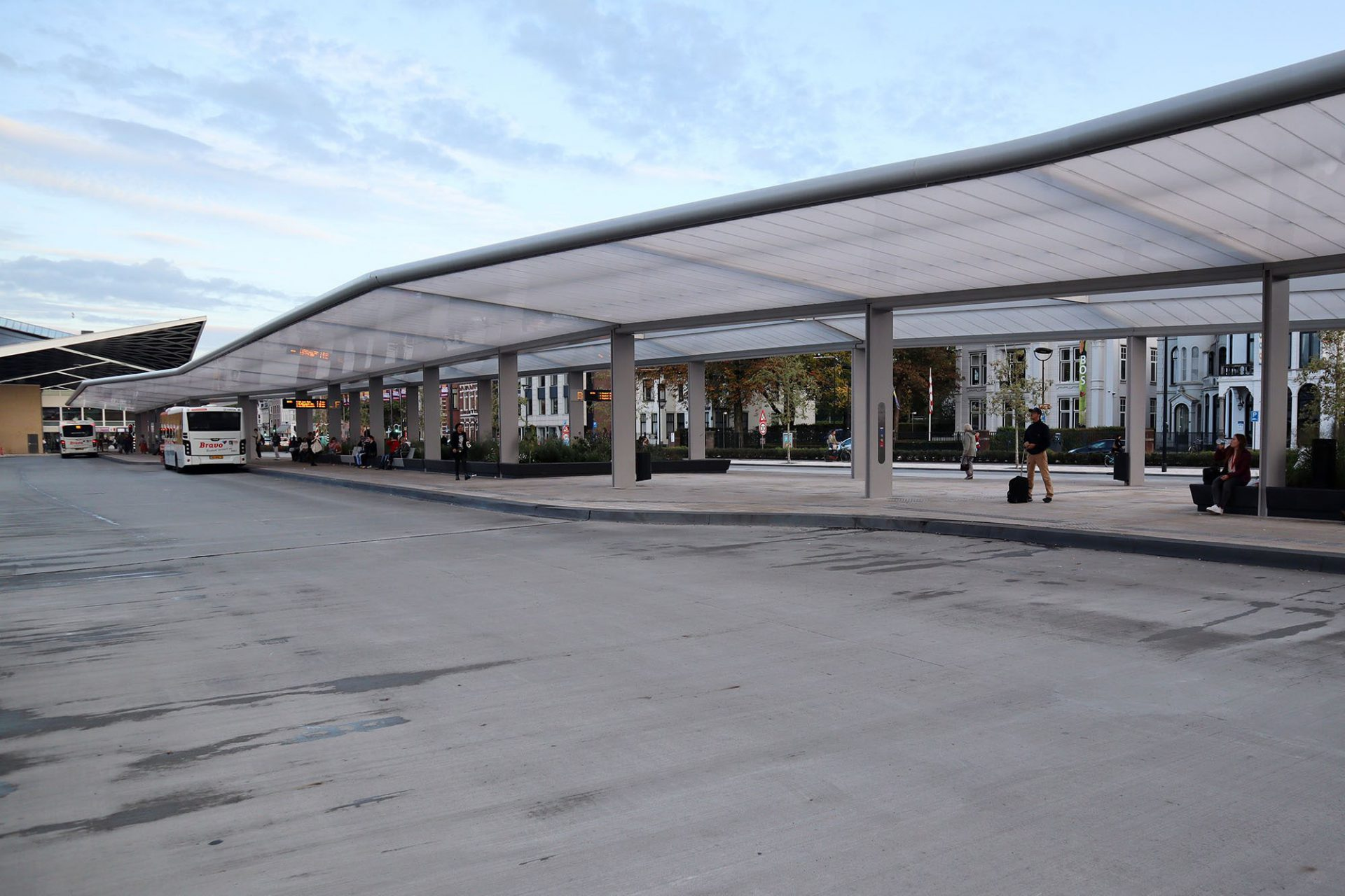 Busbahnhof. Der strahlend weiße Terminal ist der erste autark betriebene der Niederlande. Die mit einer ETFE-Folie bespannte Dachfläche ist selbstreinigend und wartungsfrei. Selbstverständlich ist der Busbahnhof bereits auf die Platzierung von zusätzlichen elektrischen Geräten vorbereitet wie beispielsweise Ladestationen für elektrische Busse.