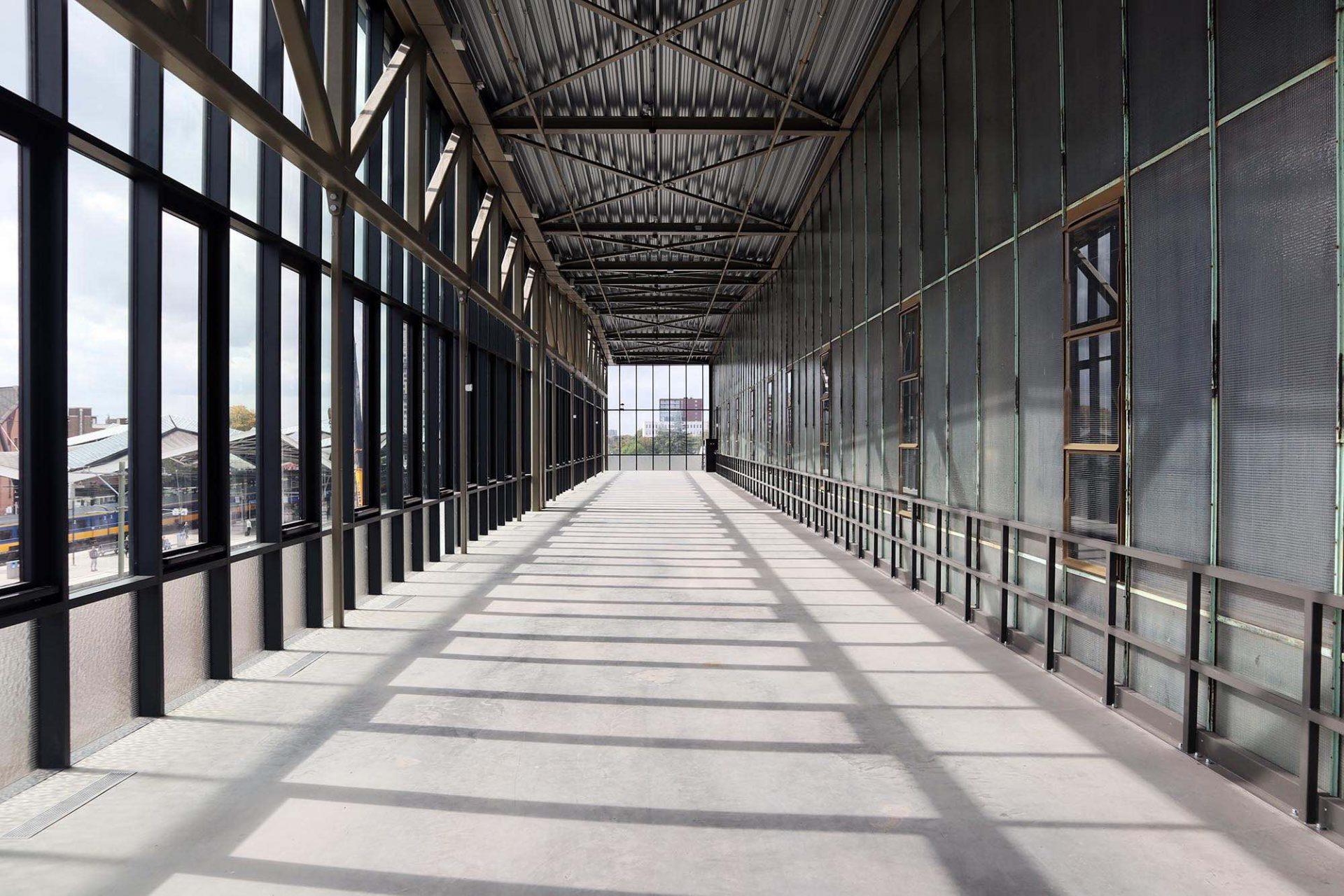 LocHal. Vor die Hauptansicht setzten die Architekten einen gläsernen Anbau, der den Haupteingang überdacht und für wechselnde Veranstaltungen genutzt werden kann.